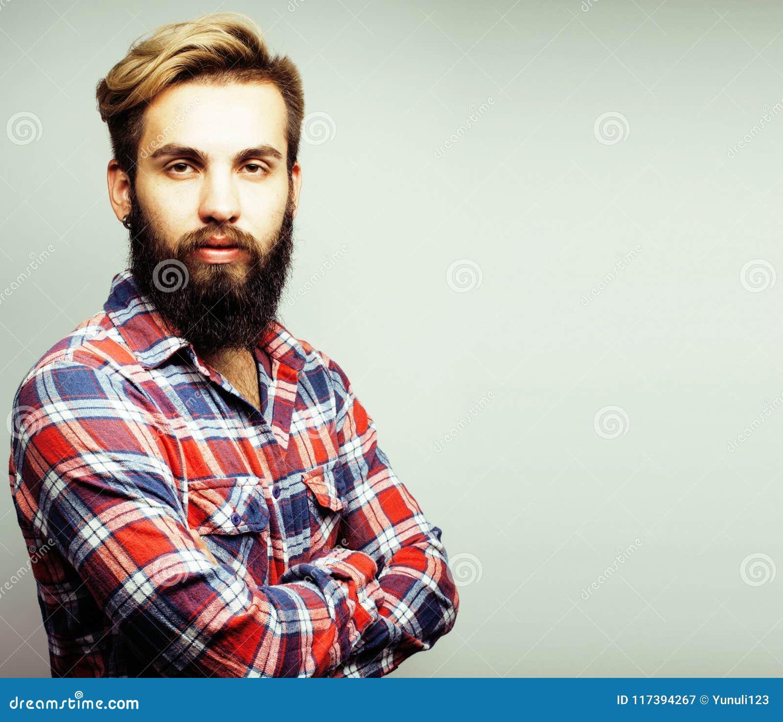 Individuo barbudo del jengibre hermoso joven del inconformista que mira el aislante brutal