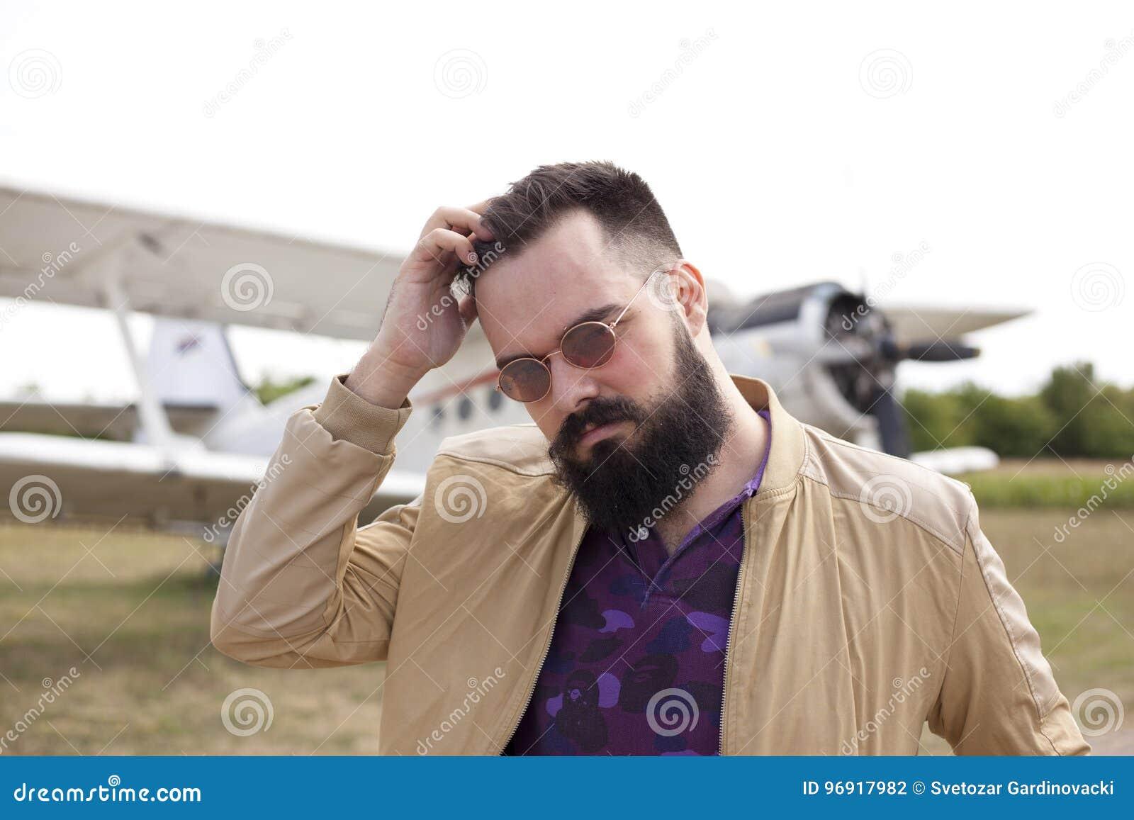 Individuo barbudo en el aeropuerto