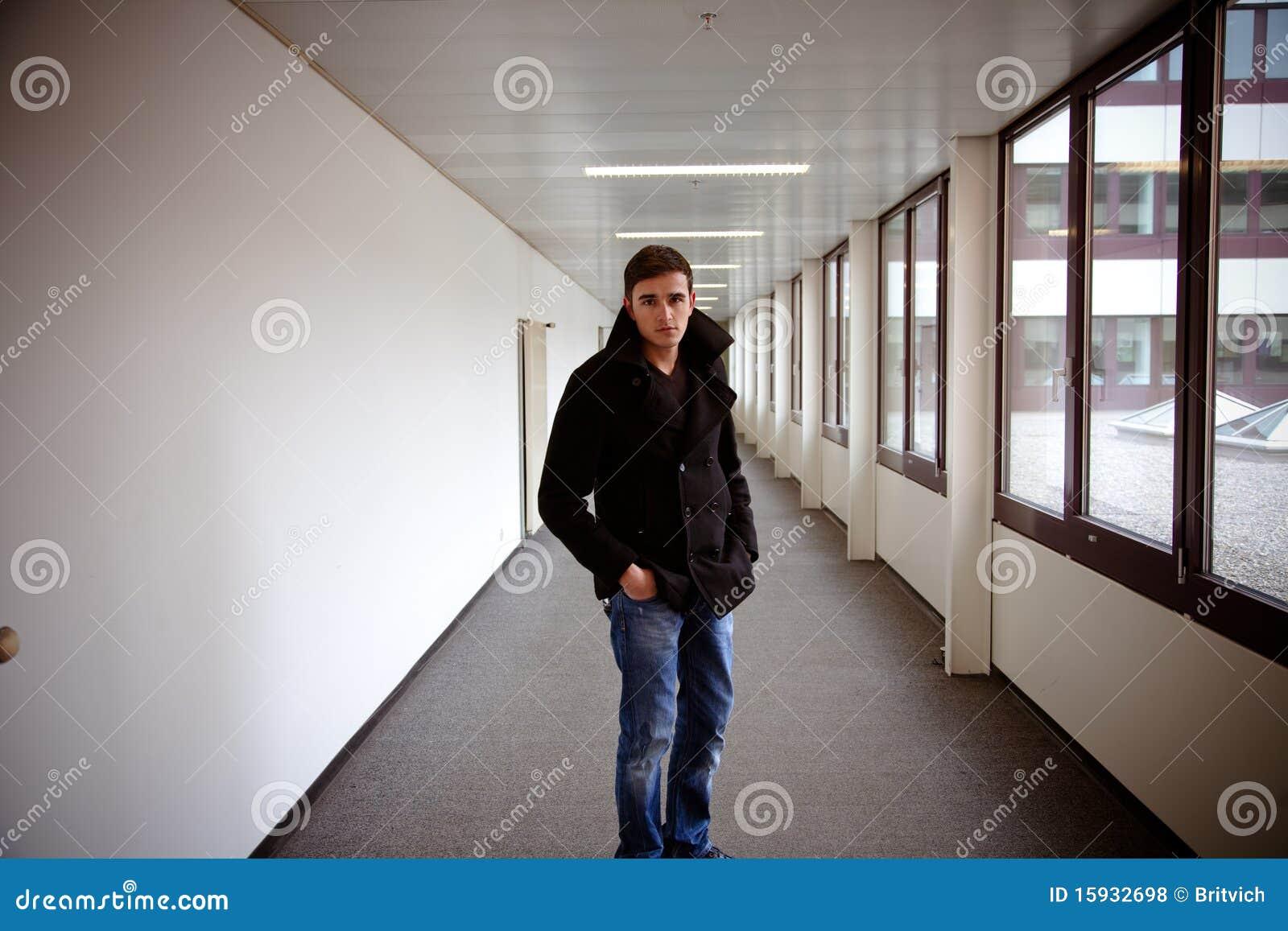 Individuo en el edificio moderno