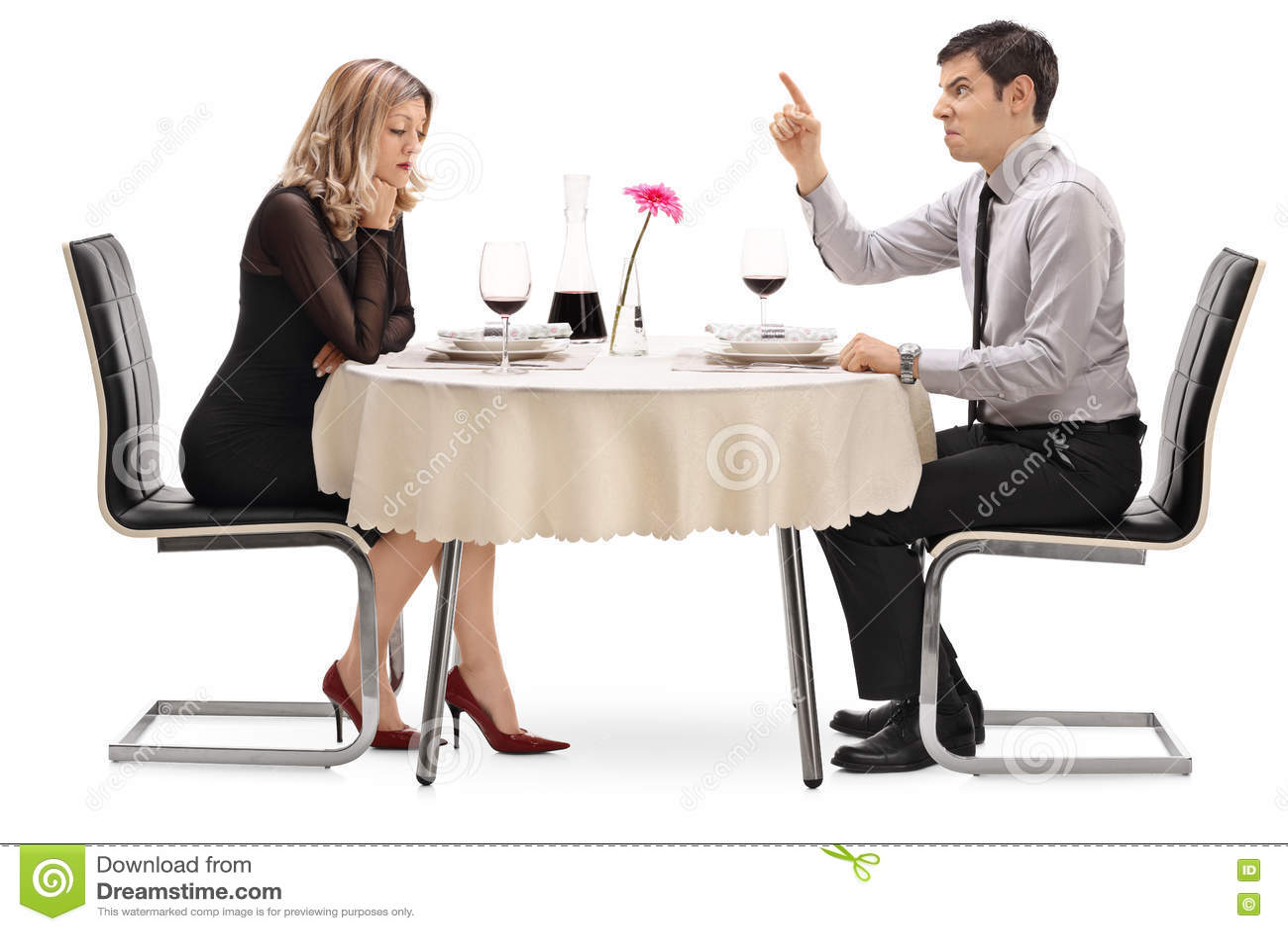 Individuo enojado que grita en su novia