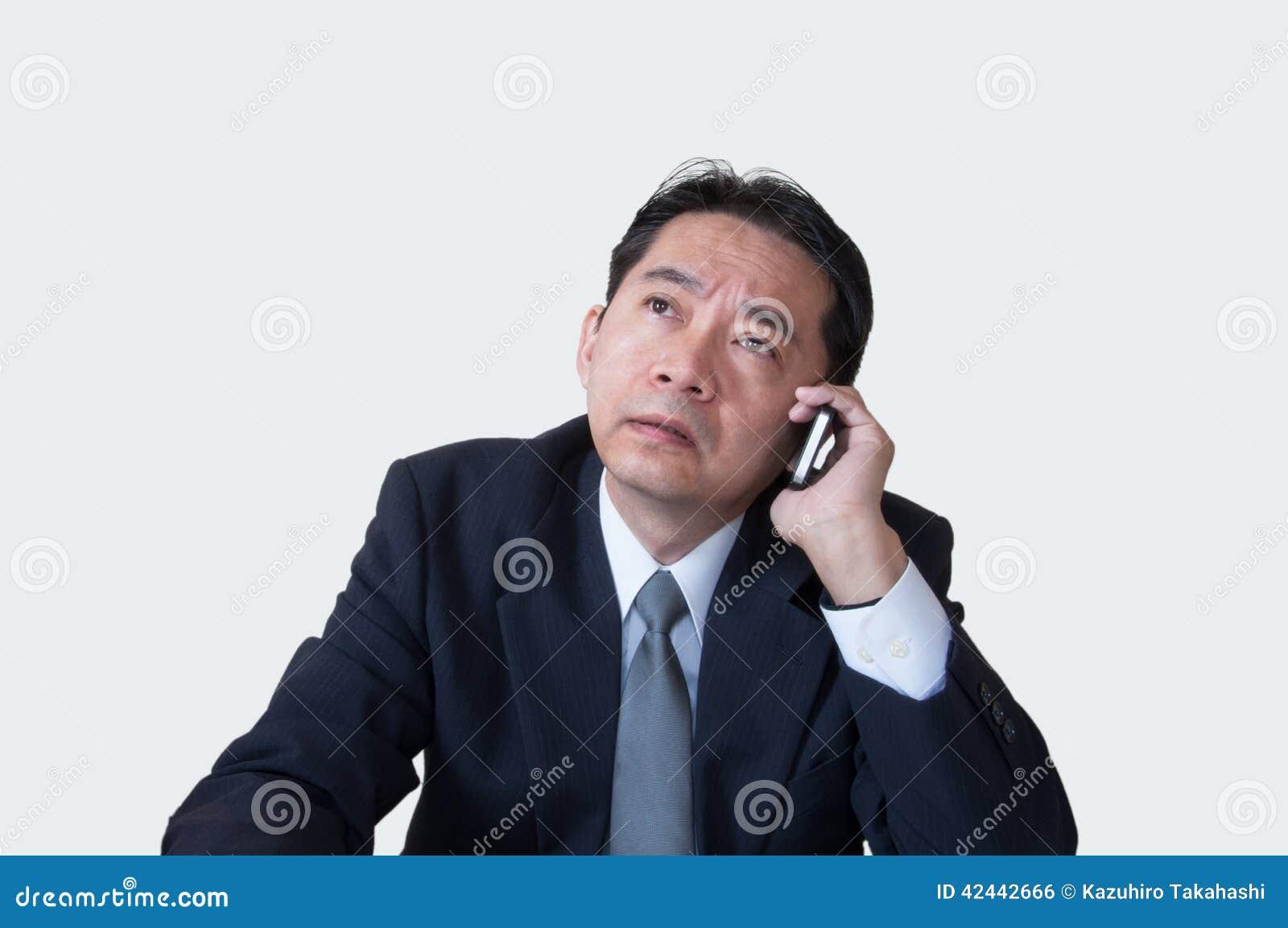 Individuo envejecido centro en problema en el teléfono