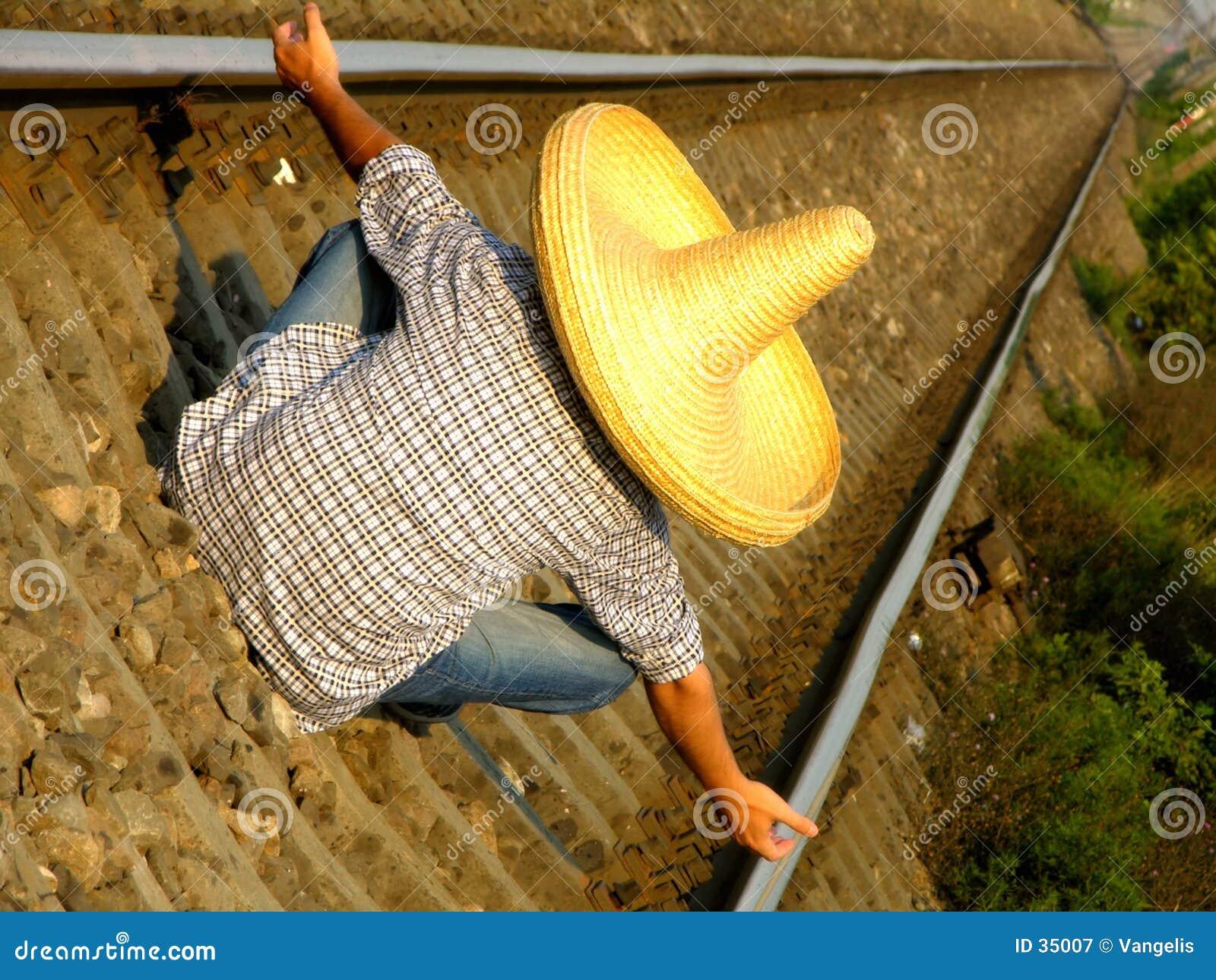 Individuo mexicano que espera el tren