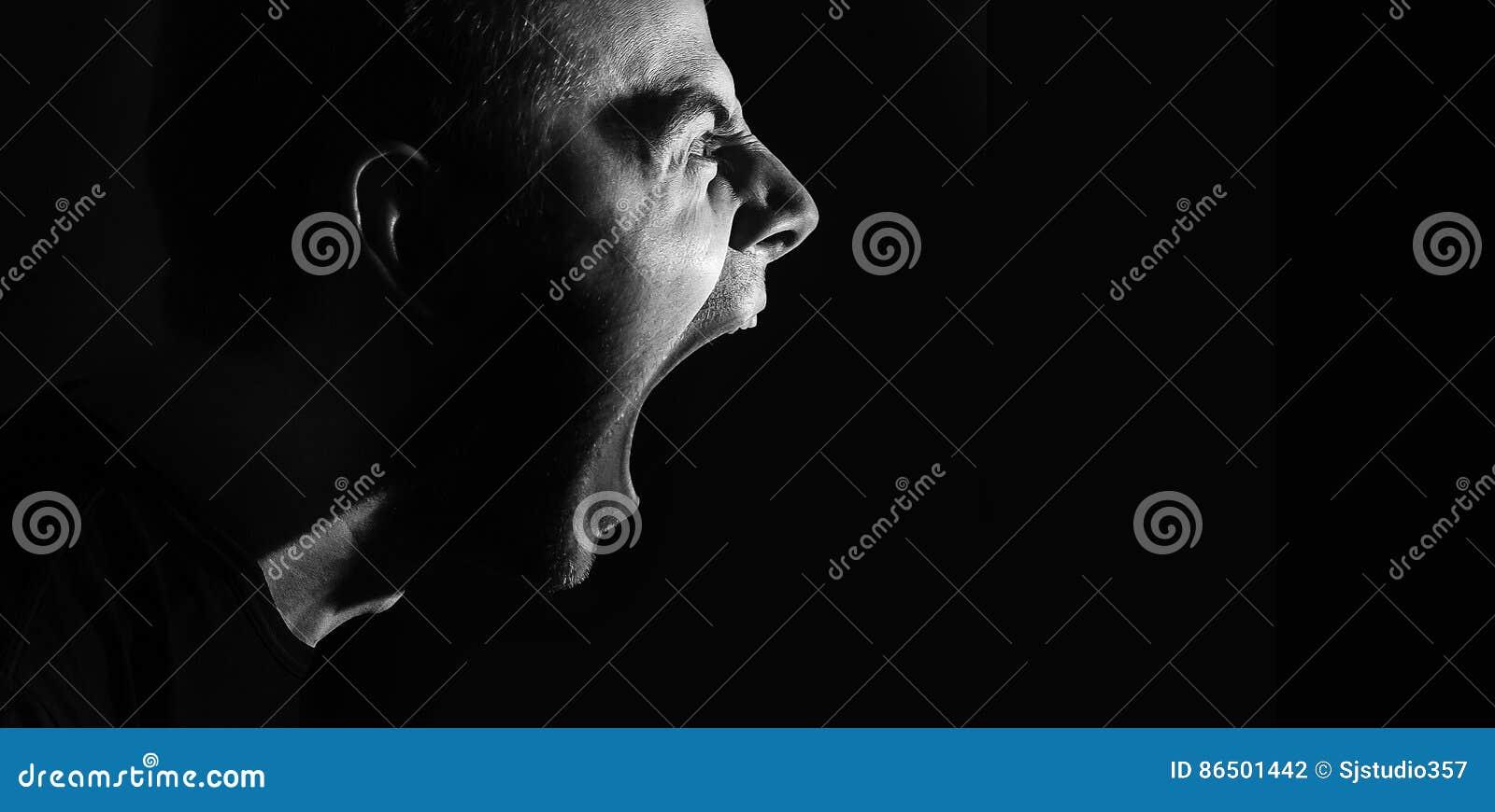Individuo militante agresivo enojado de griterío, hombre, retrato blanco y negro, mal