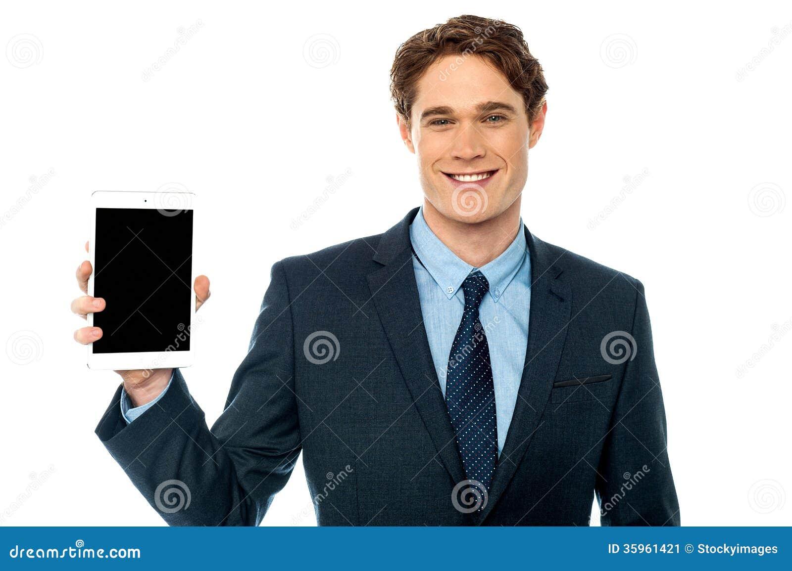 Individuo que presenta el dispositivo nuevamente puesto en marcha de la tableta