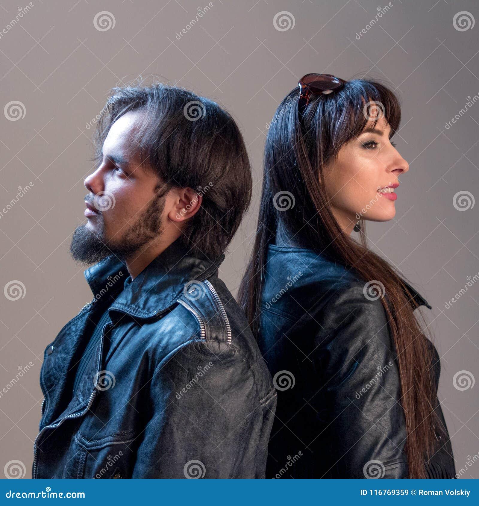 812237e6a4eb0c Individuo y muchacha elegantes en chaquetas de cuero negras Tema del  Musical o del motorista Ropa de la publicidad para los fan de rock Imagen  cuadrada