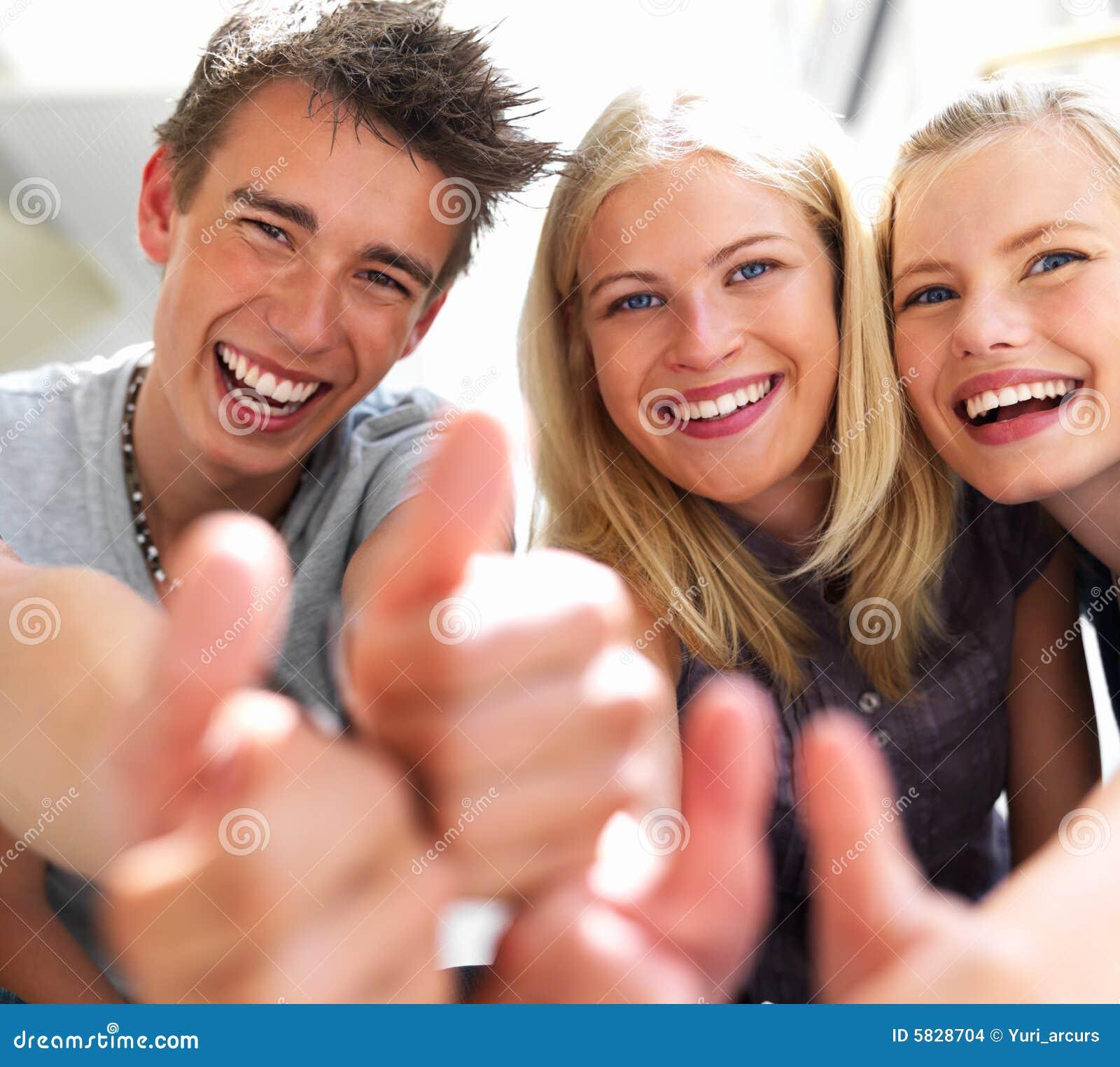 Individuos felices y muchachas que expresan felicidad 5828704