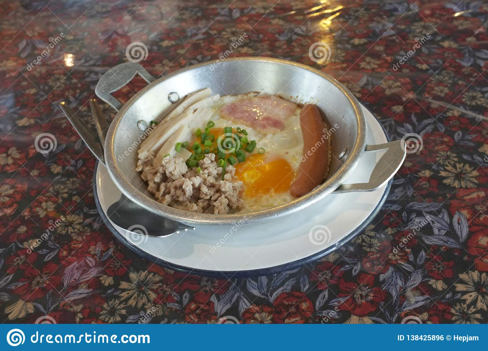 Indochina pan-gebraden ei met bovenste laagjes