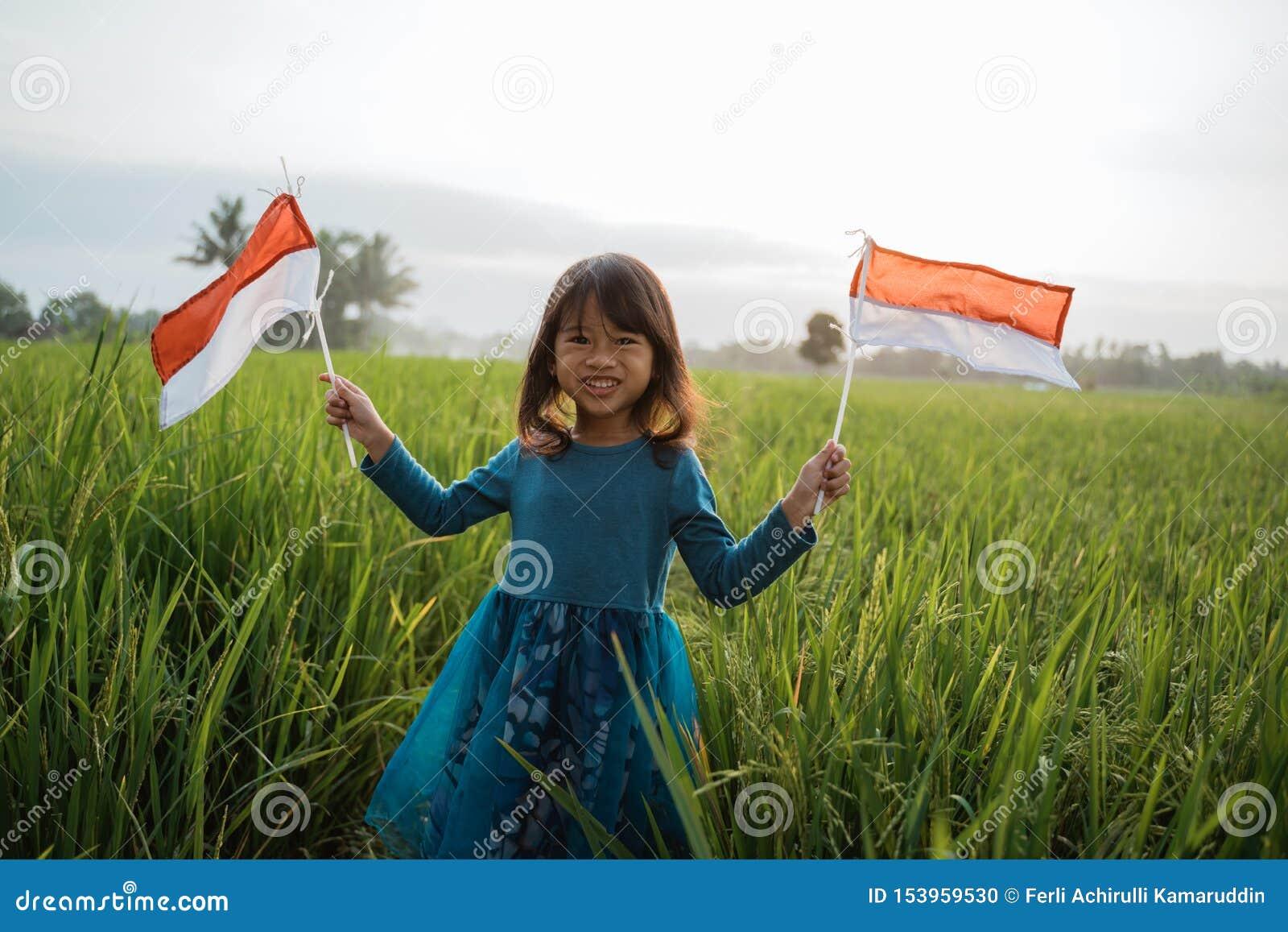 Indonesisch jong geitje met nationale vlag
