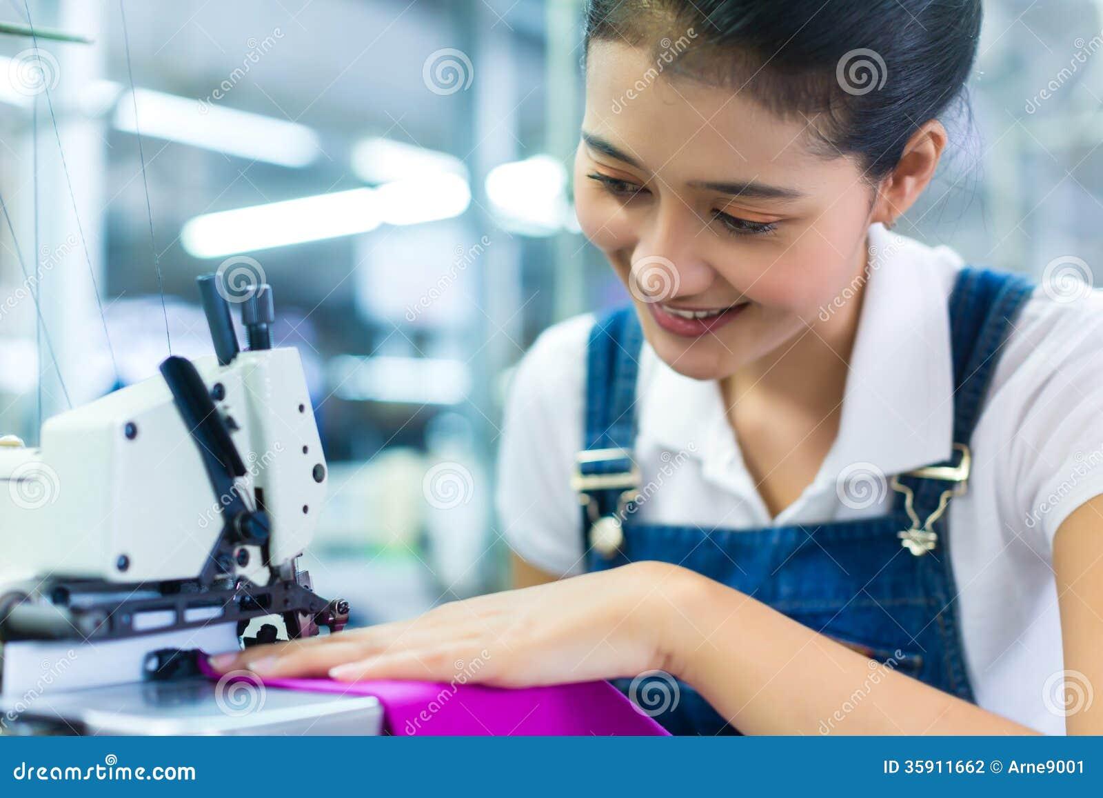 Indonezyjska szwaczka w tekstylnej fabryce