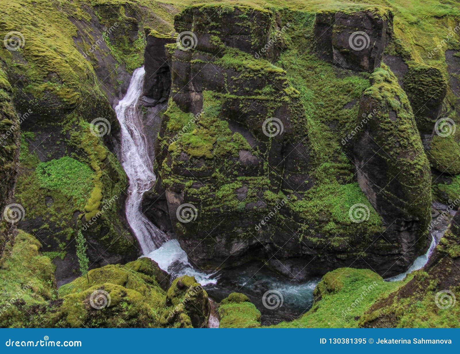 Indrukwekkend landschap van watervallen die in Fjadrargljufur-Canion vallen