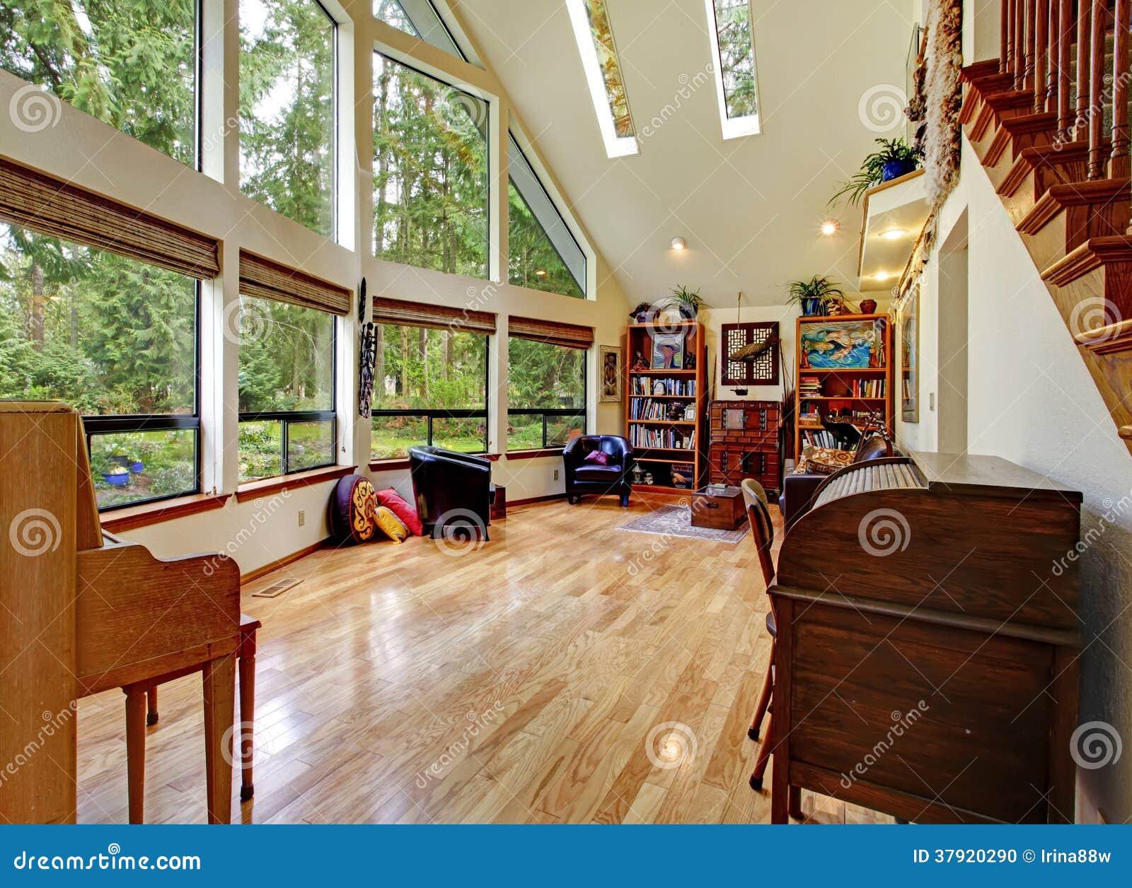 Indrukwekkende woonkamer met hoog plafond stock foto   afbeelding ...