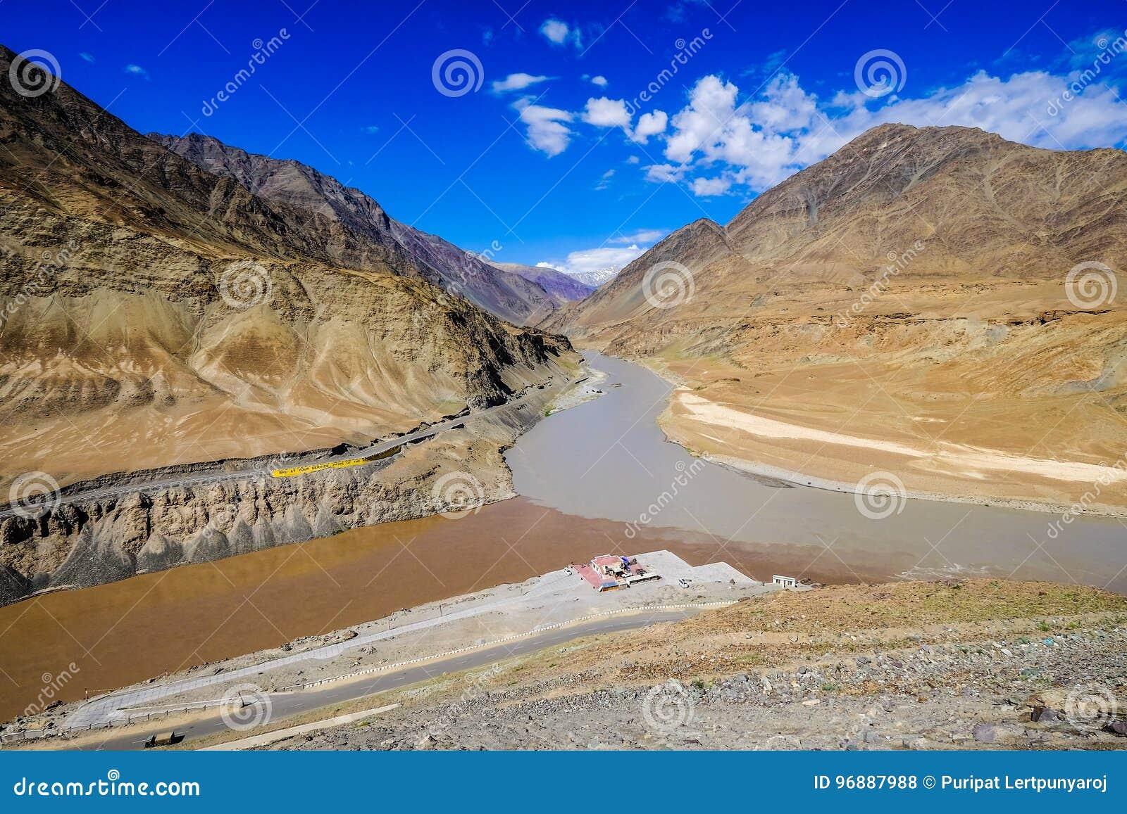 Indus und die Zanskar-Flüsse in Leh-Bezirk, Indien