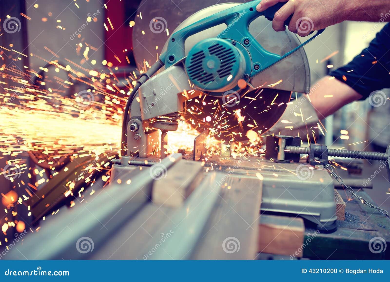 Industriële ingenieur die bij het snijden van een metaal en een staal werken