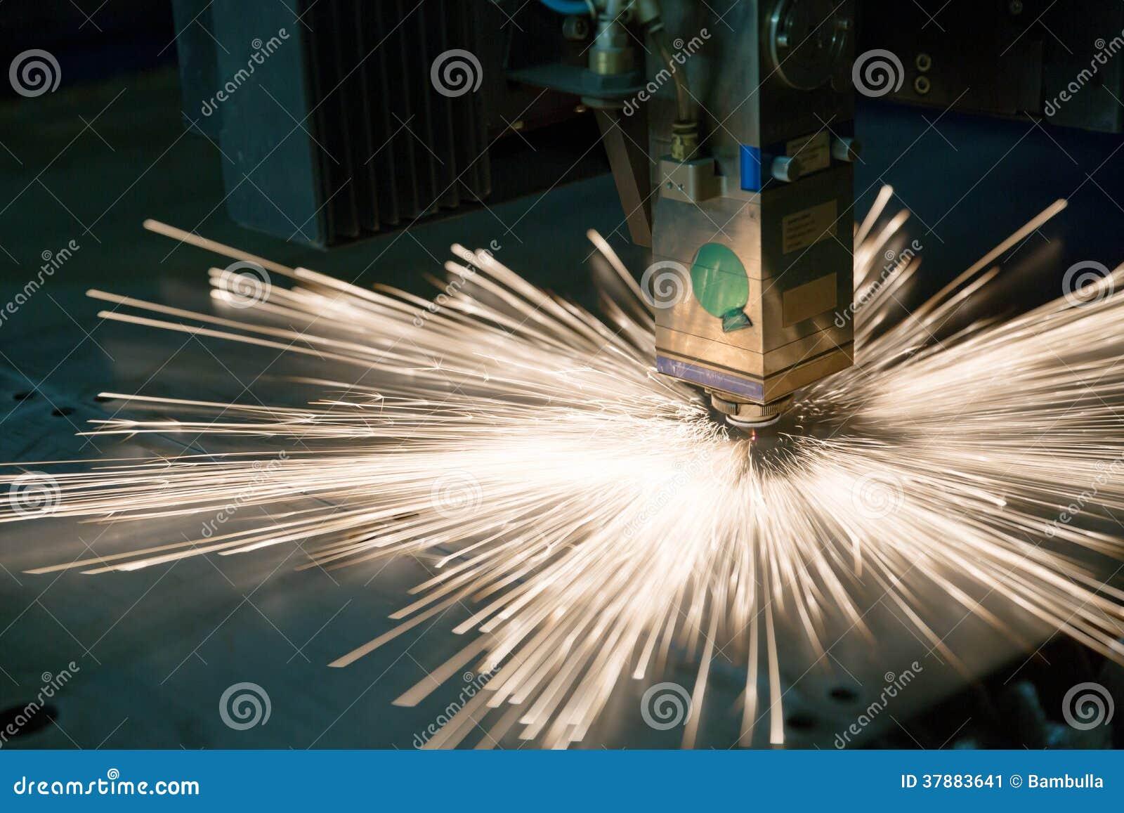 Industriële laser die gaten in metaalblad maken