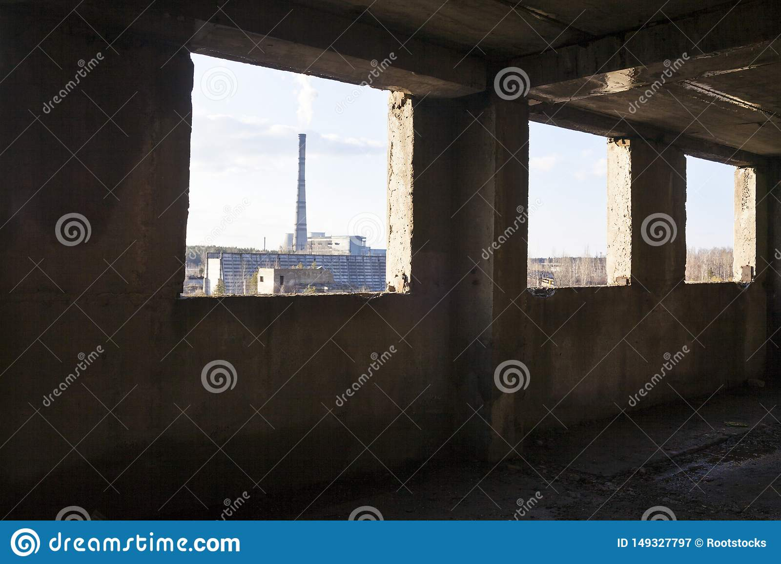 Industriële mening van het verlaten gebouw