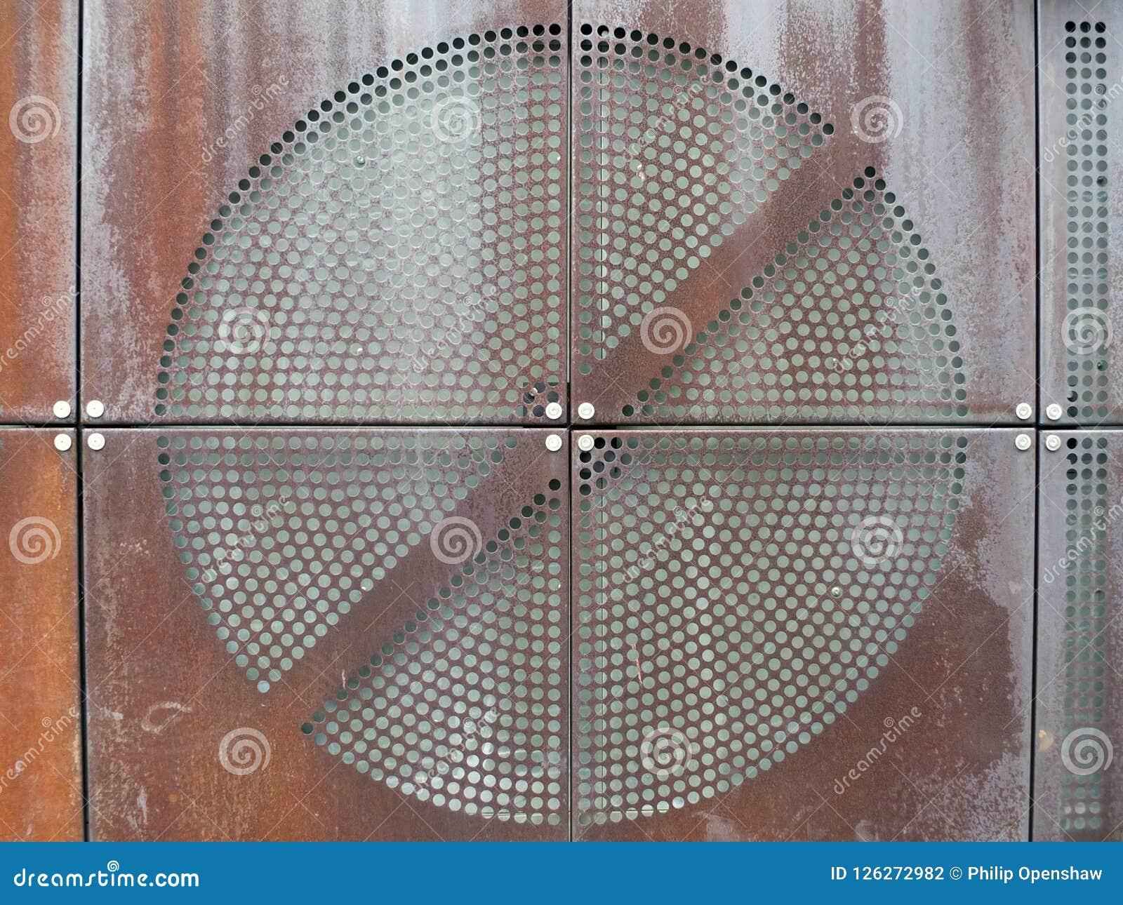 Industriële roestige metaalplaten met rond geperforeerd cirkelnetpatroon