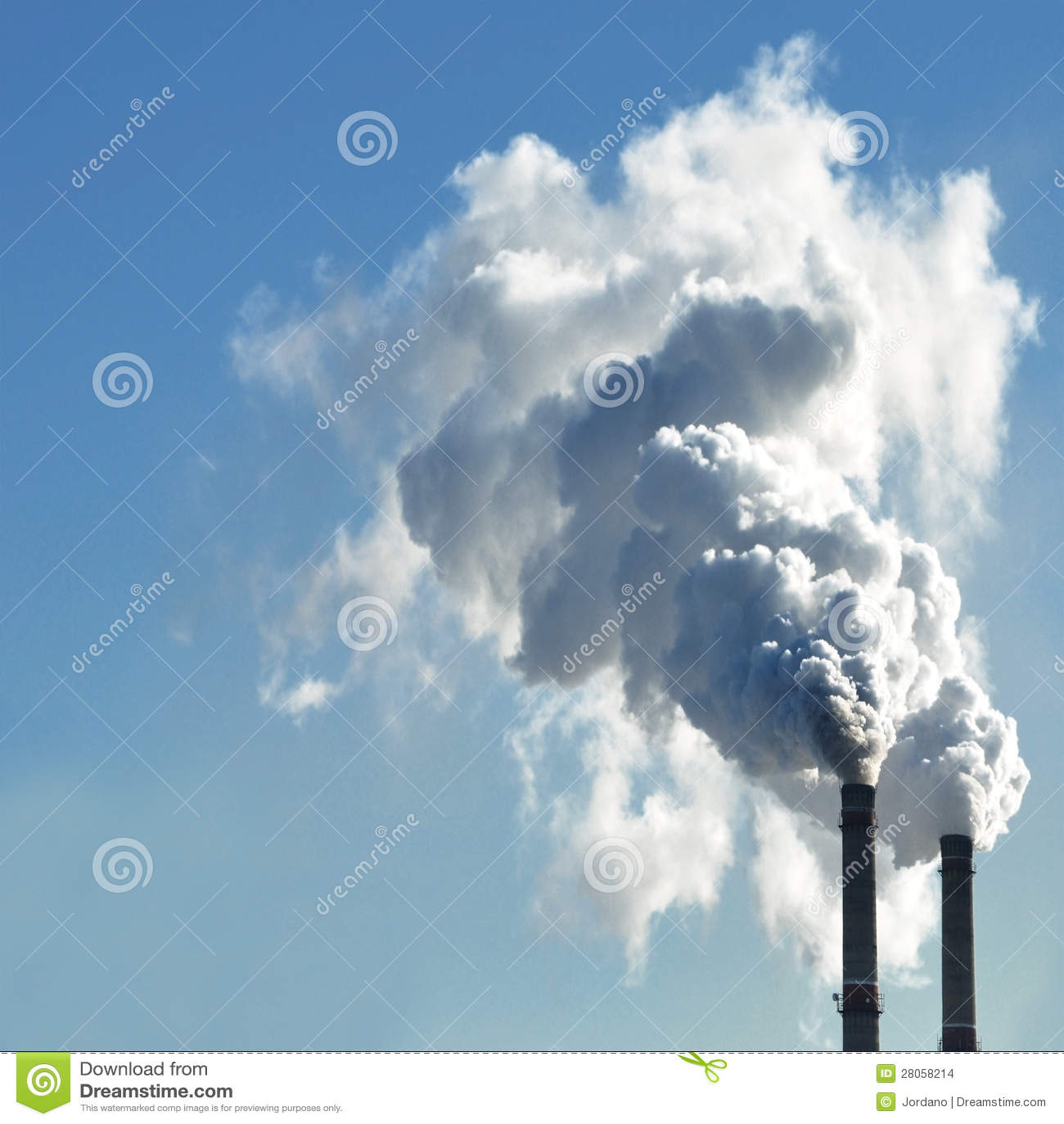 Industri?le rook van schoorsteen op hemel