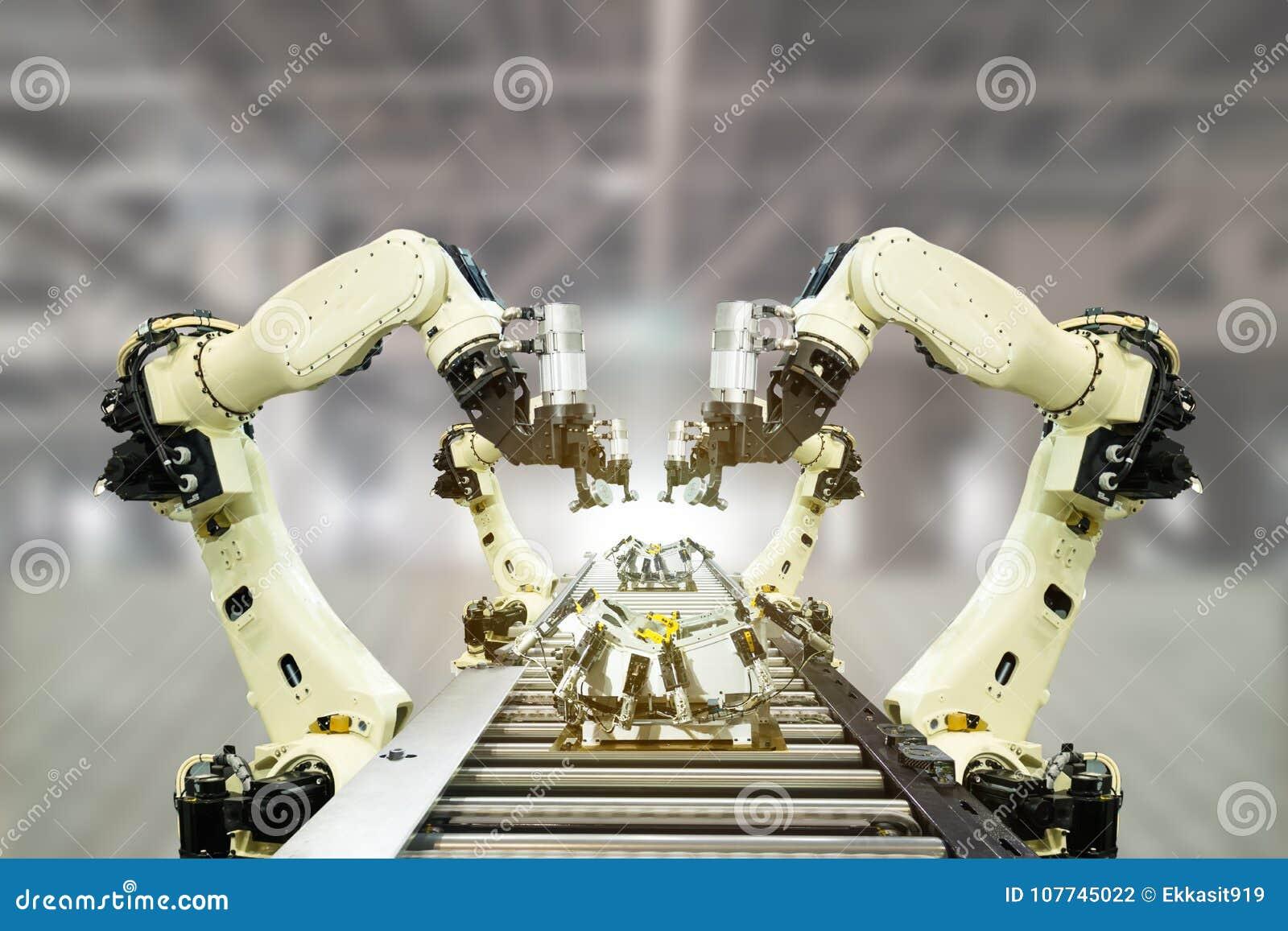 Industria 4 de Iot 0 conceptos de la tecnología Fábrica elegante usando tender los brazos robóticos de la automatización con la b