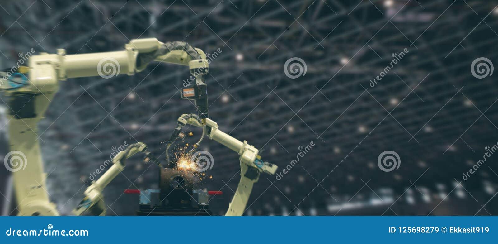 Industria 4 de Iot 0 conceptos de la tecnología Fábrica elegante usando tender los brazos robóticos de la automatización con la p