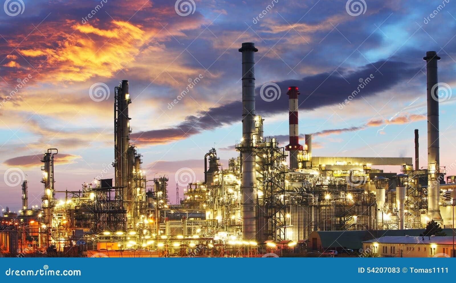 Industria del gas e del petrolio - raffineria a penombra - fabbrica