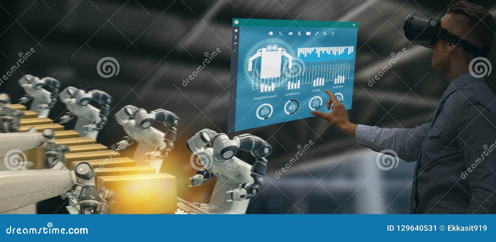 Industria 4 di Iot 0 concetti, ingegnere industriale facendo uso dei vetri astuti con aumentato misto con tecnologia di realtà vi