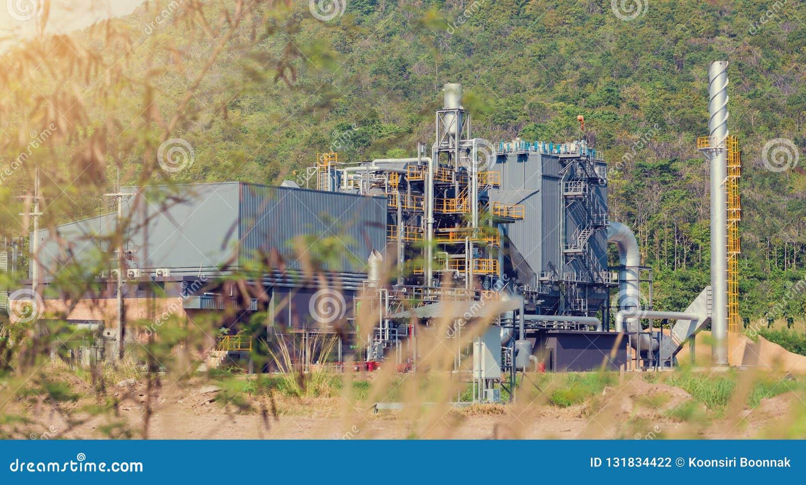 Industrianläggning i grönt träd- och bergområde