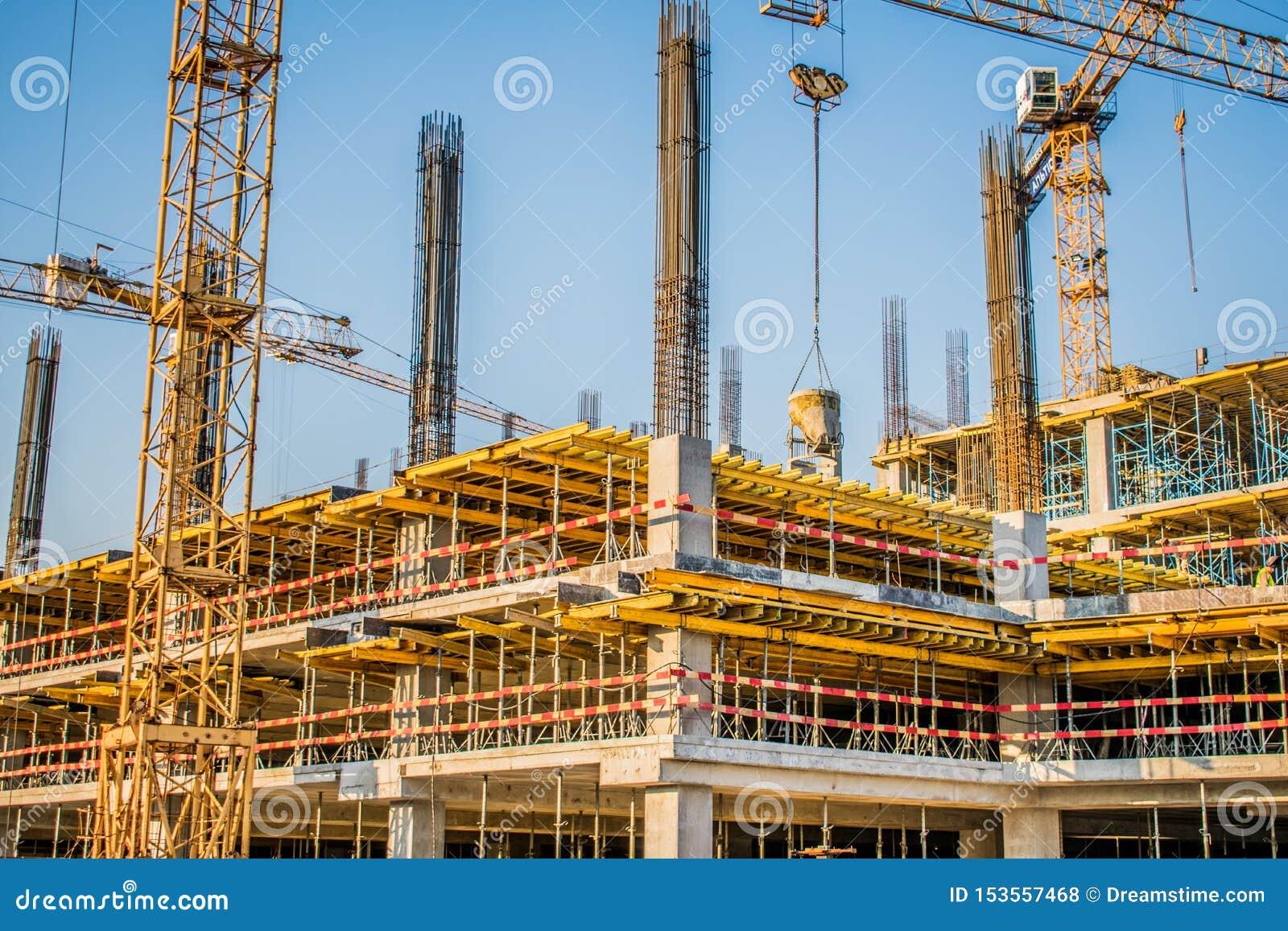 Industrie, bouw van een commercieel centrum met grote technologiekranen