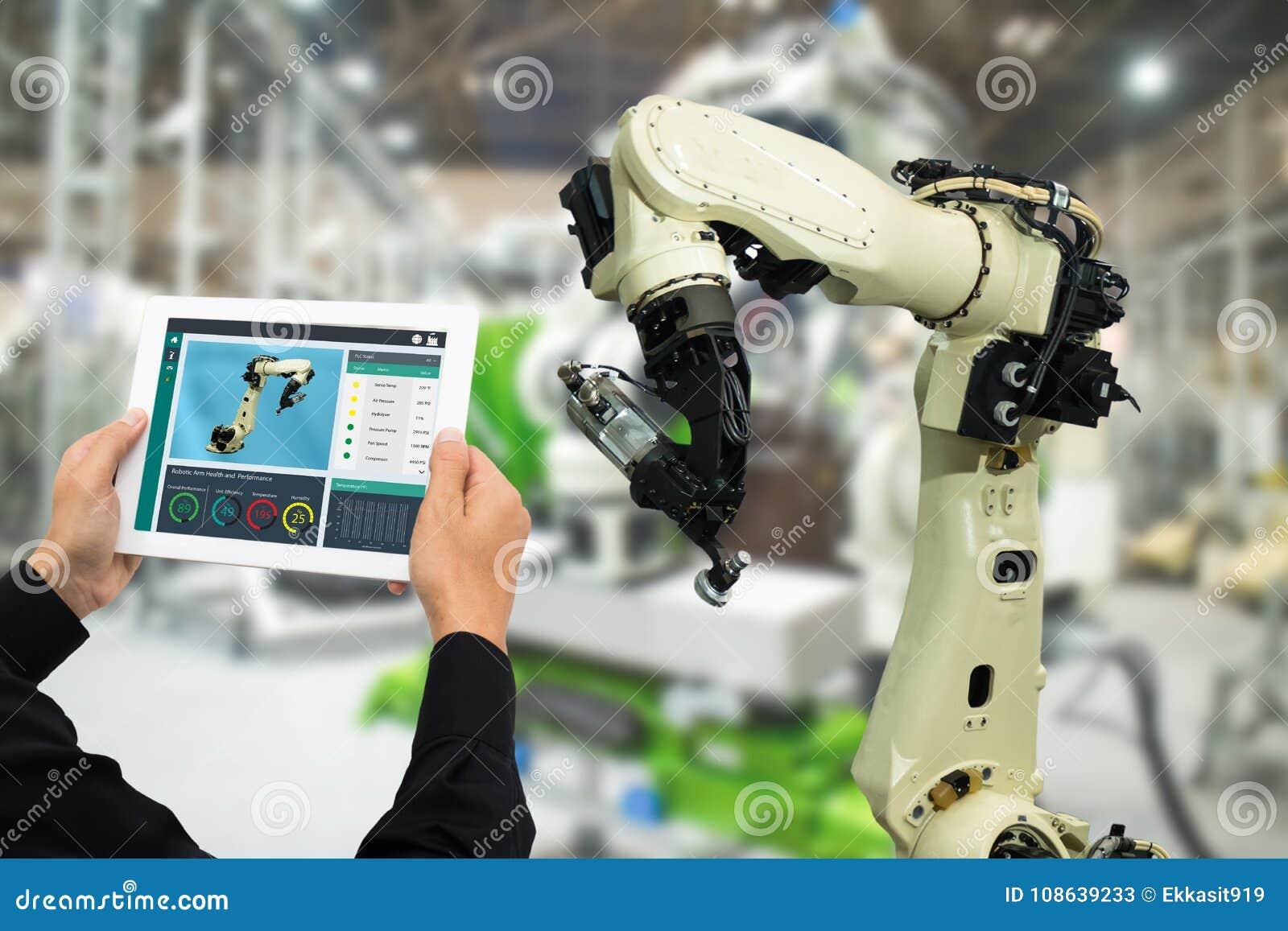 Industrie 4 d Iot 0 concepts, ingénieur industriel employant le logiciel augmenté, réalité virtuelle dans le comprimé à surveille