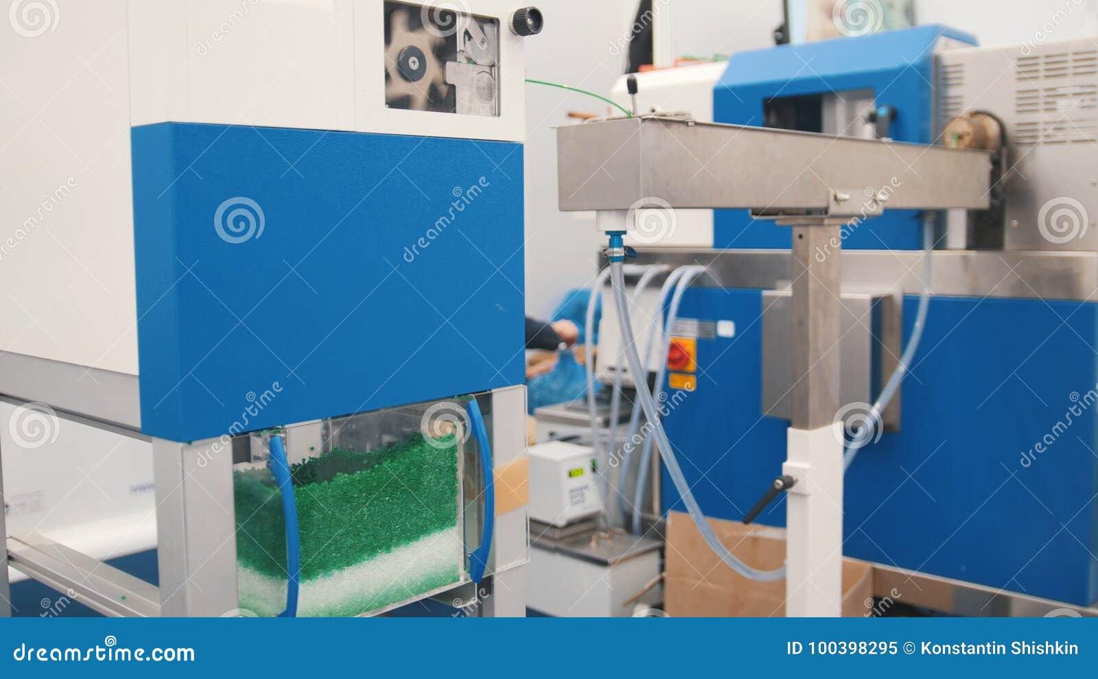 Industrie de Chemidtry - granules en plastique sur l extrudeuse pour préparer des plastiques sur l usine d extrusion