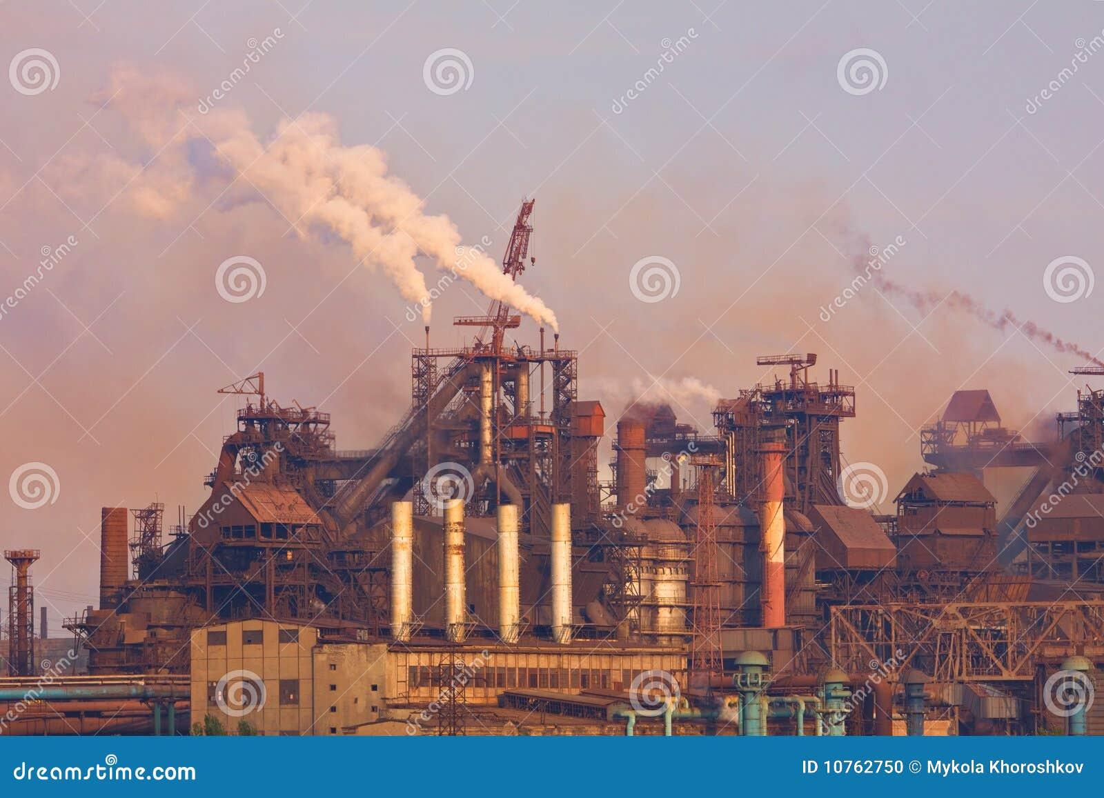 Industrieanlage mit Rauche