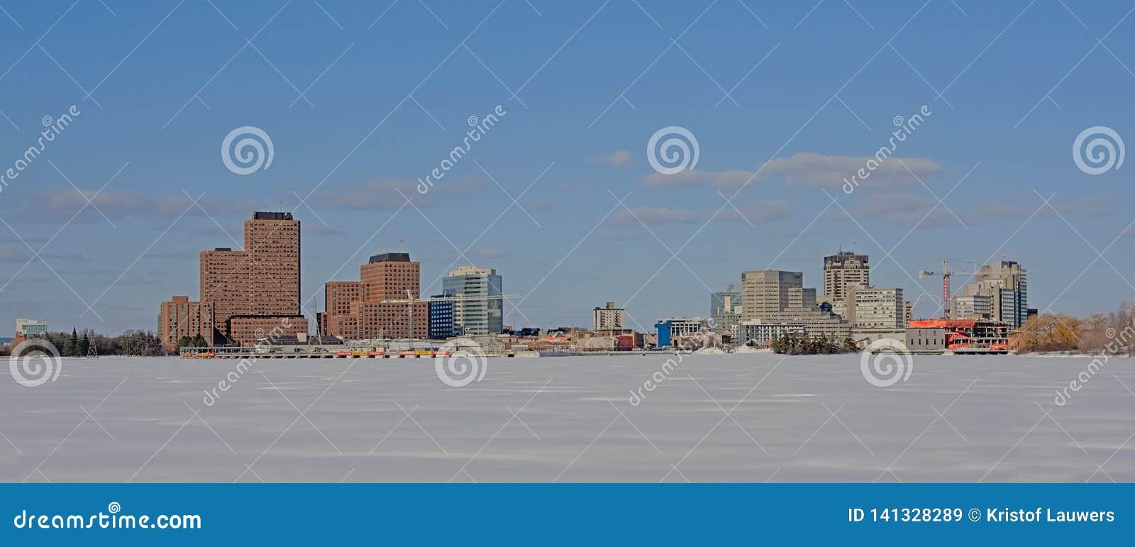 Industriebauten und Wolkenkratzer des Rumpfs entlang gefrorenem Ottawa-Fluss