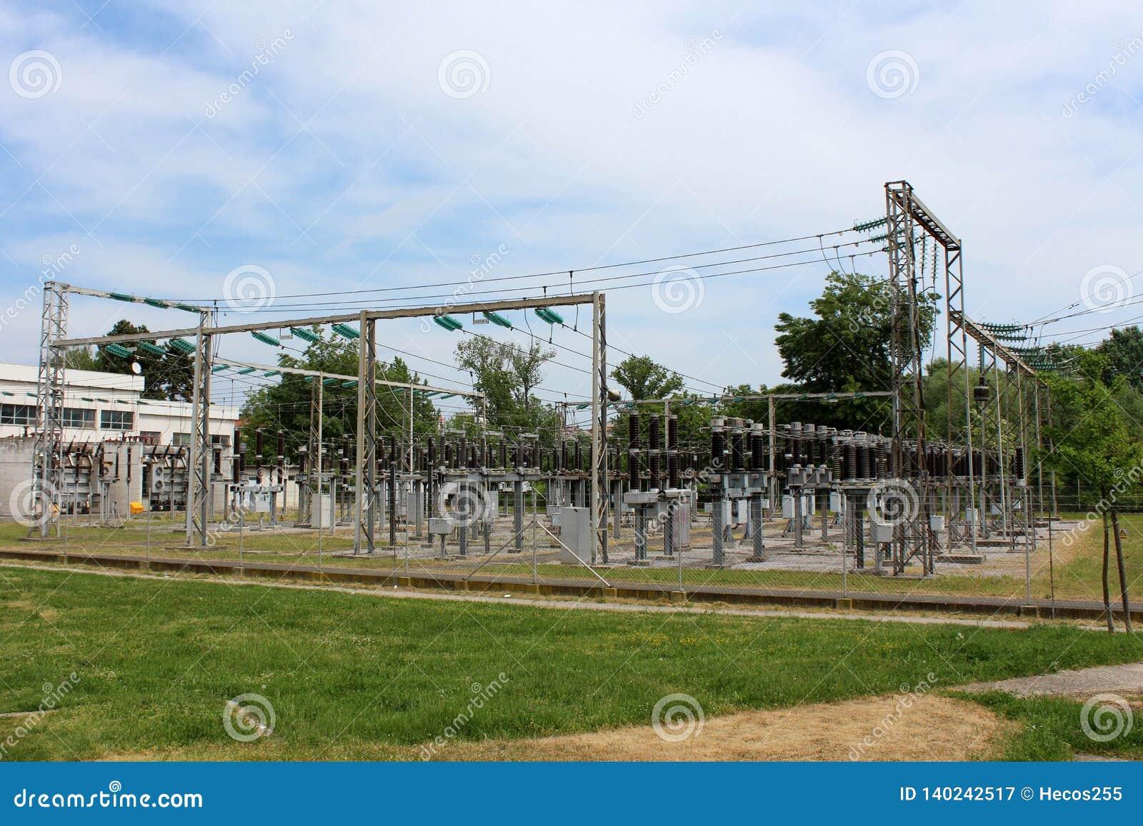 Industriell kraftverk med åtskilliga elströmtransformatorer förbindelse med exponeringsglas och keramiska isolatorer till täta tr