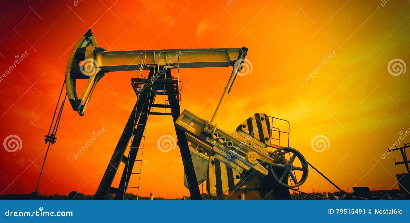 Industriell olje- pump i röda signaler