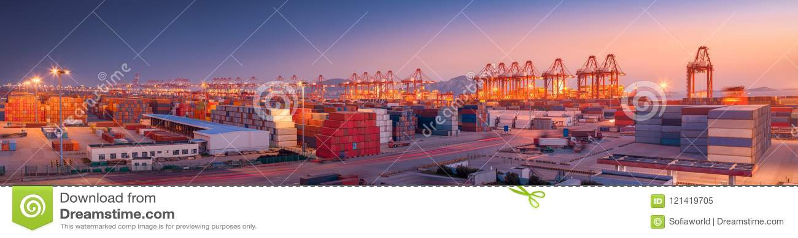 Industriell port på gryning