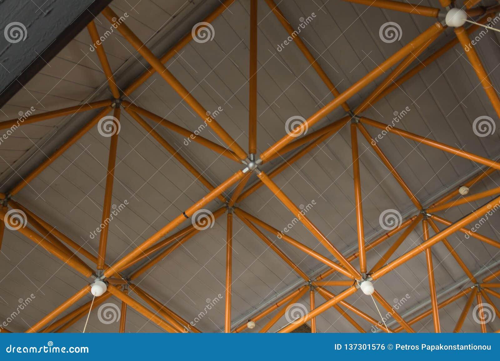 Industrielle Decke gemacht mit gelben Stahlträgern