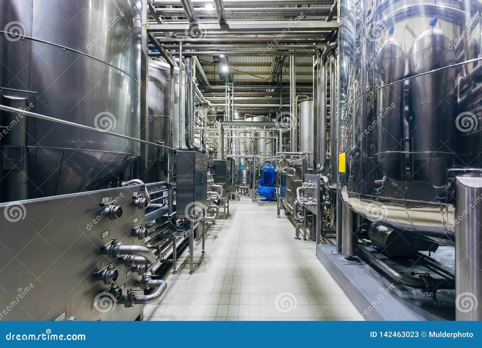 Industrielle Edelstahlbottiche in der modernen Brauerei