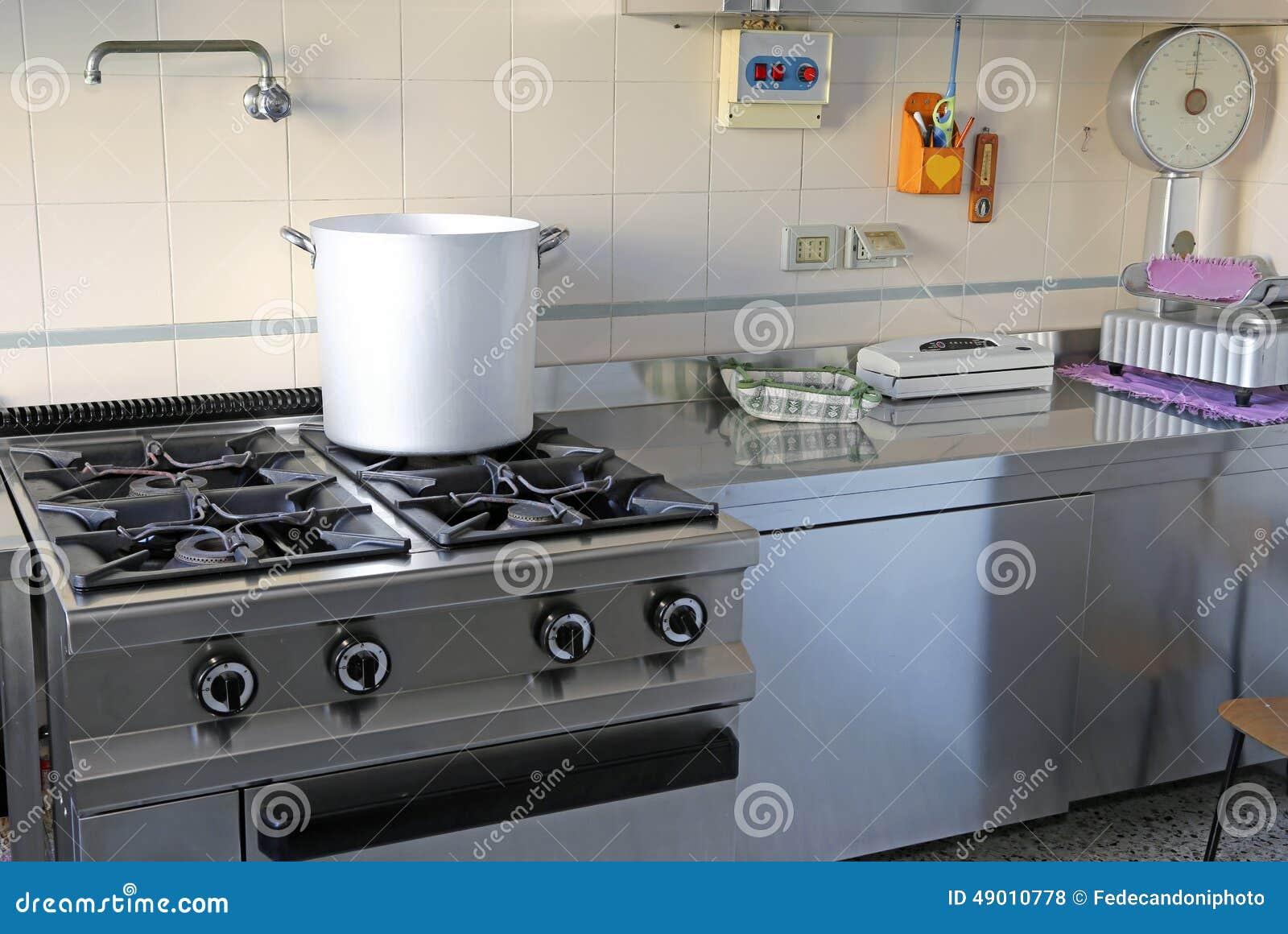Industrielle Küche Mit Gasherd Und Dem Riesigen Aluminiumtopf ...