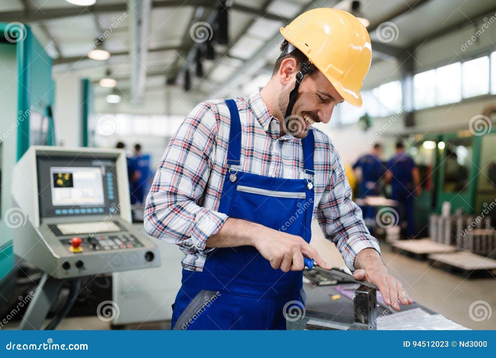 Industrieller Fabrikangestellter, der in der Metall Fertigungsindustrie arbeitet