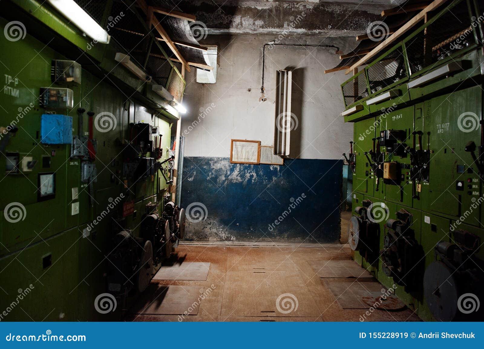 Industrieller Innenraum einer alten verlassenen Fabrik Eectrical-Schildschalttafel mit Hochspannung