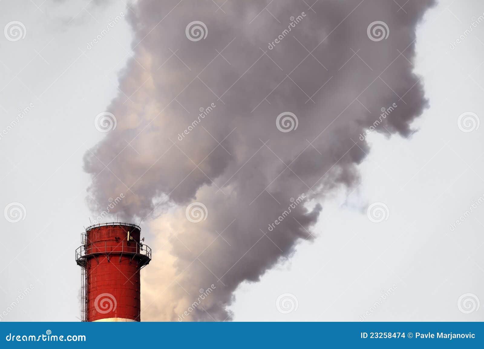 Industrieller Kamin, der Smog freigibt