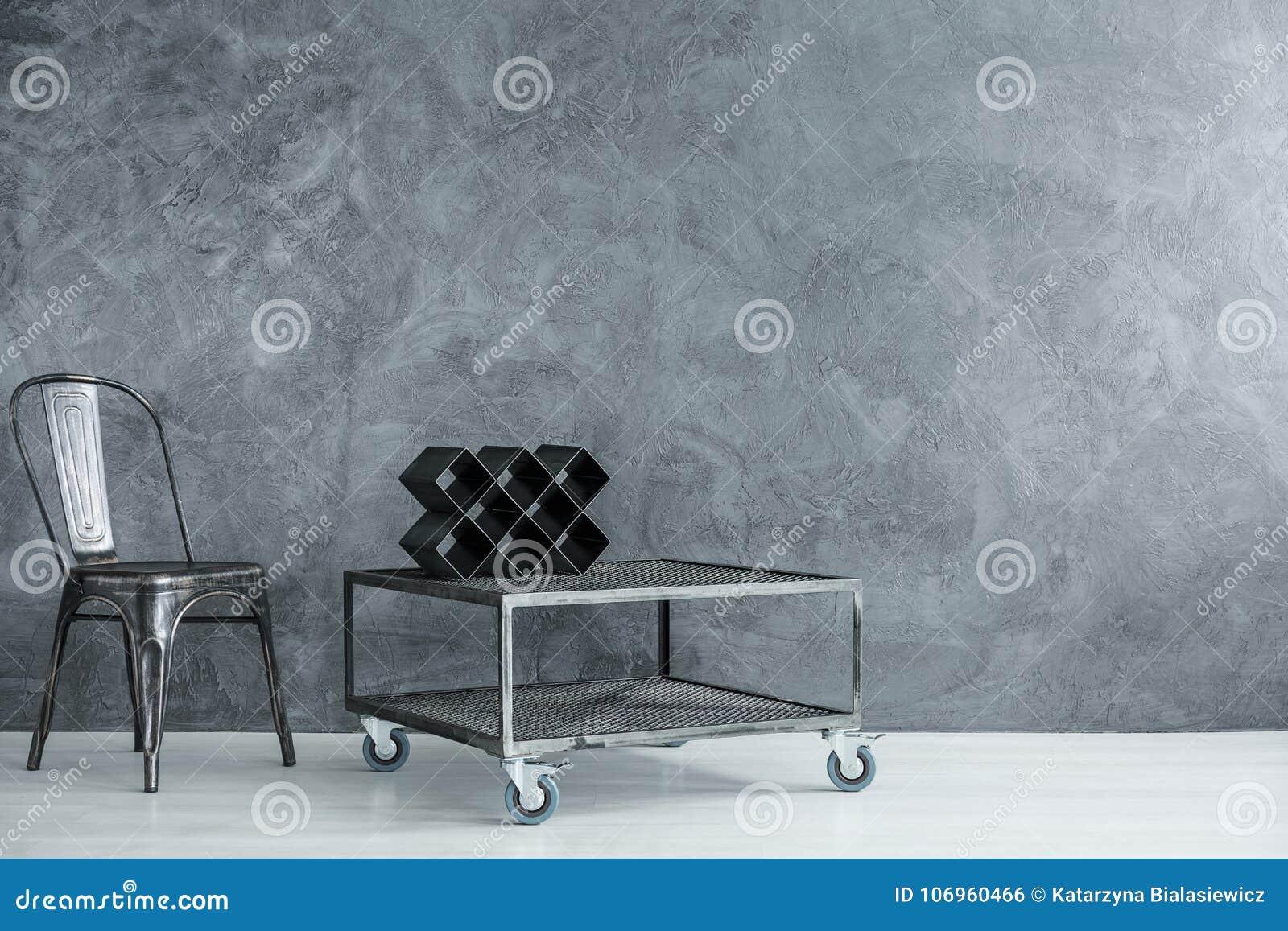 Industriellt rum med svart stol