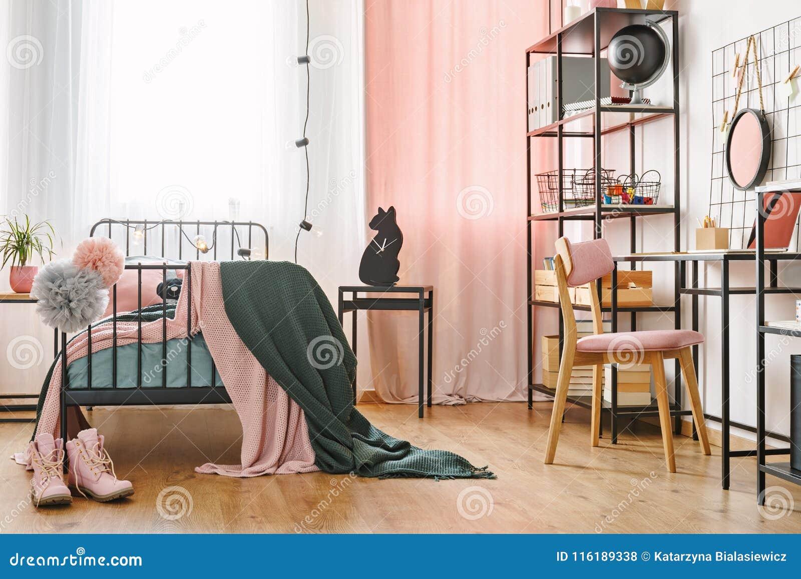 Industriellt svart möblemang i sovrum