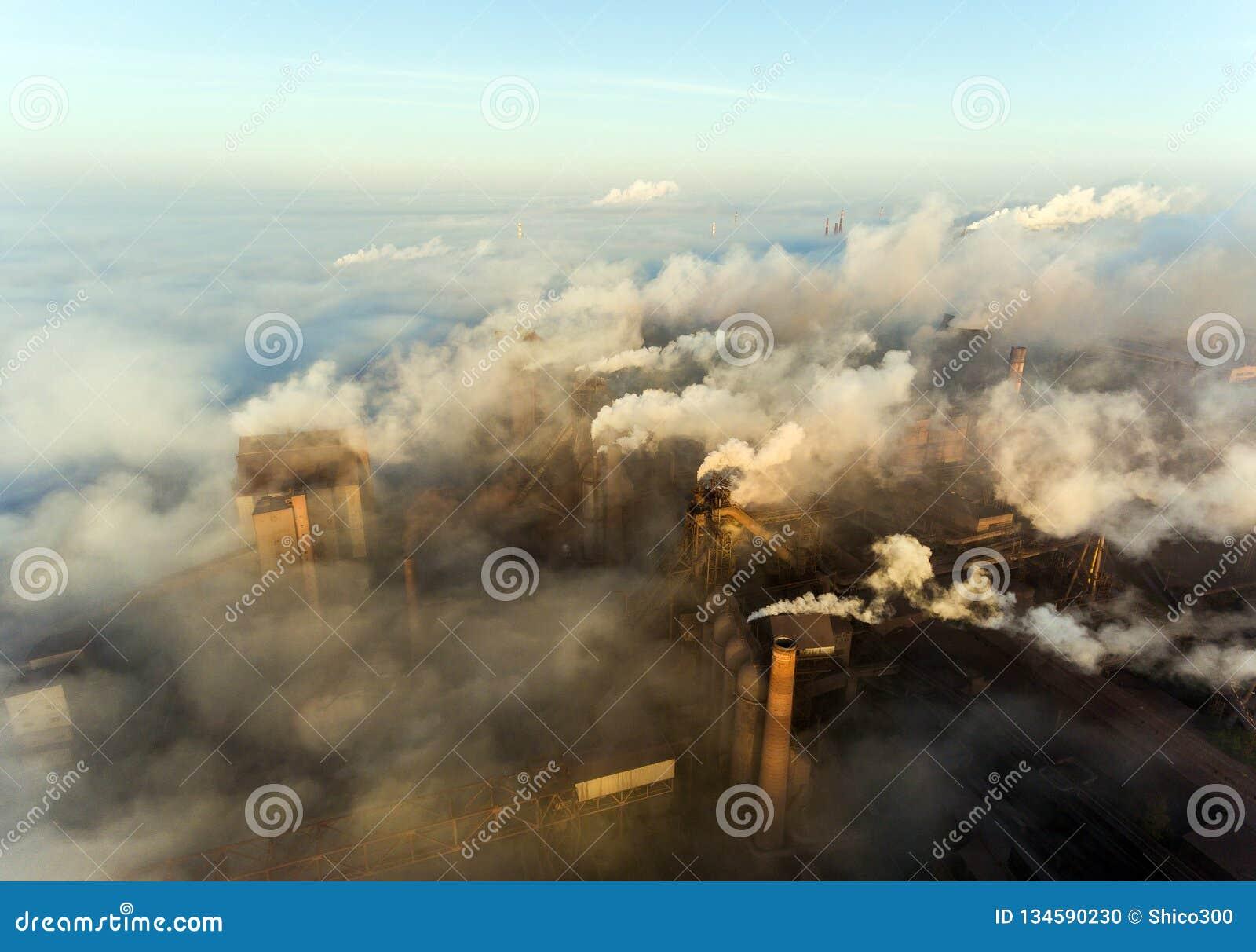 Industriestadt von Mariupol, Ukraine, im Rauche von Industrieanlagen und von Nebel an der Dämmerung