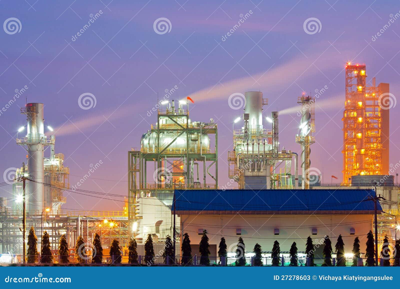 Industrikokkärl i oljeraffinaderiväxt