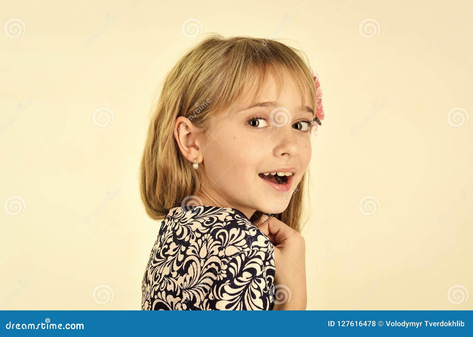 Infância e felicidade infância da menina pequena da criança