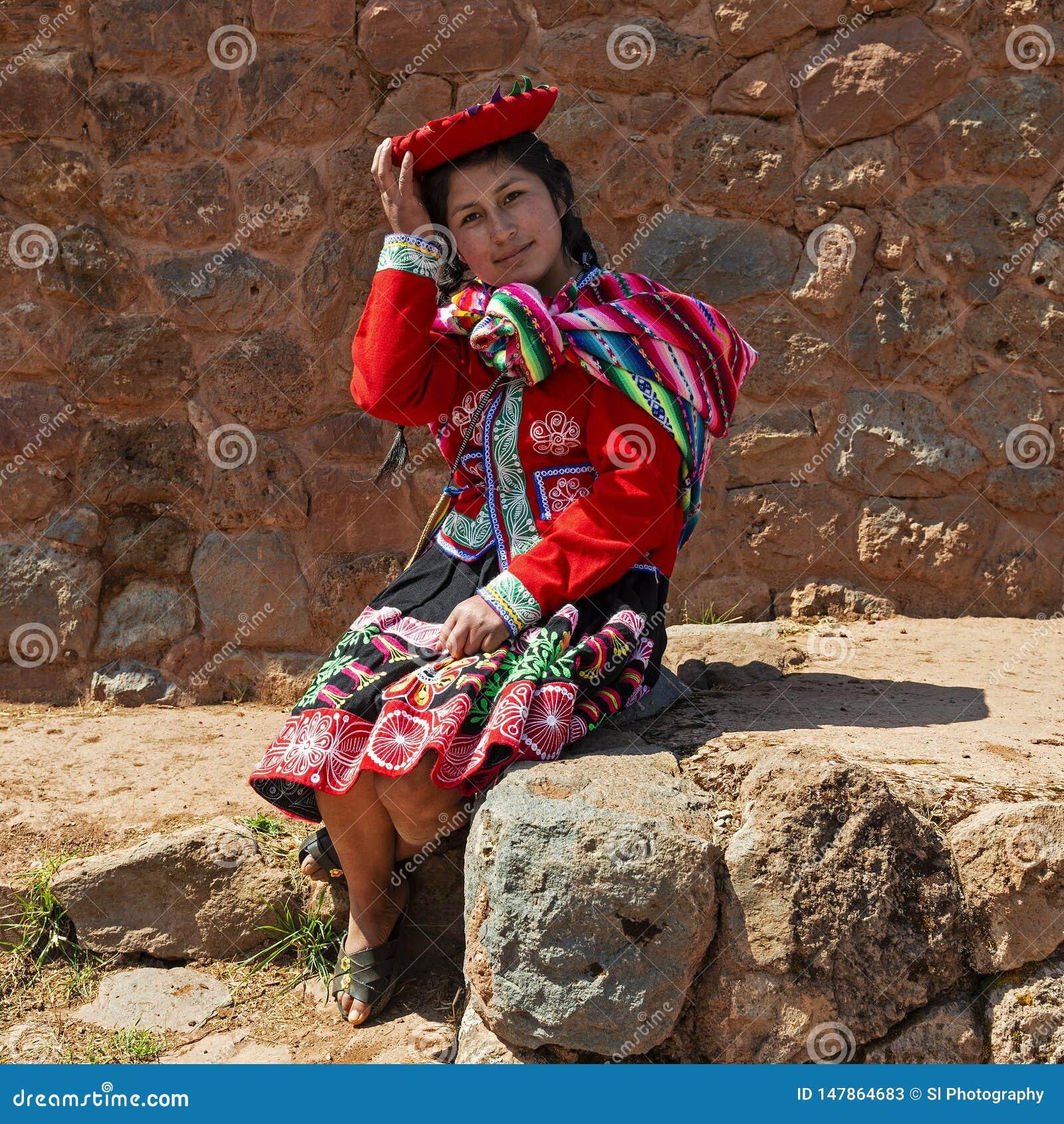 Infödd Quechu kvinna med traditionella kläder, Peru