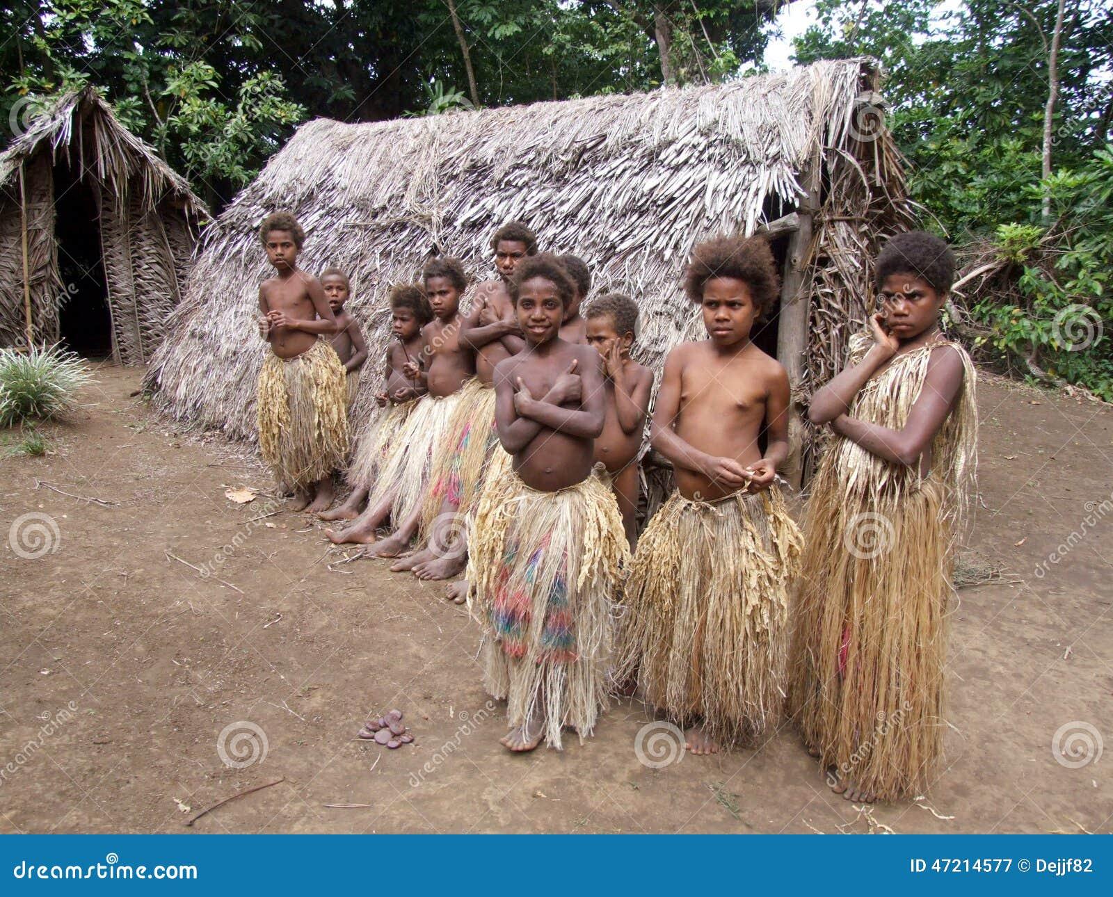 Infödda barn i en djungelby
