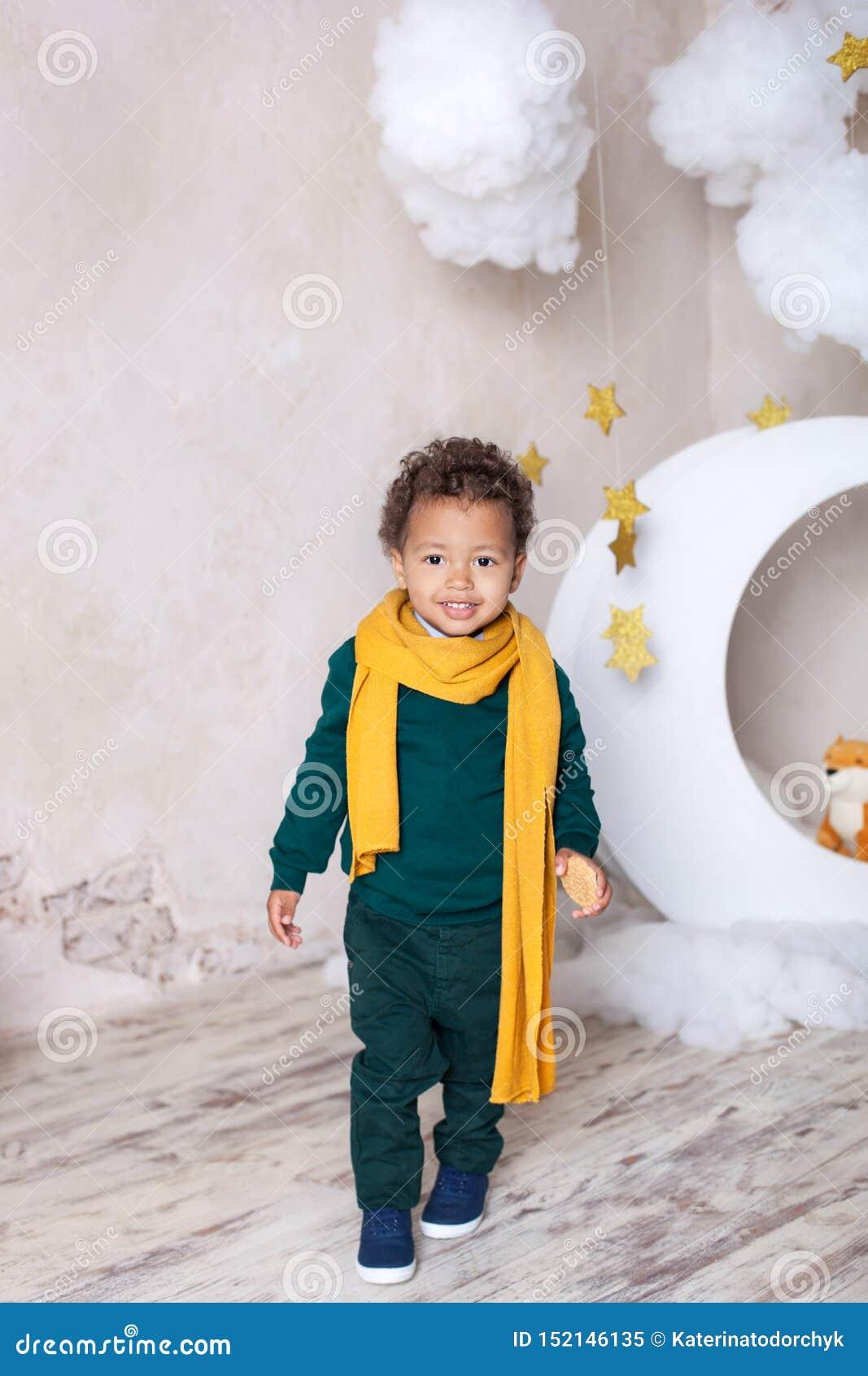 Inf?ncia Pouco menino preto com uma rosa Felicita??es no feriado Menino da aventura A história do príncipe pequeno ` S das crian?