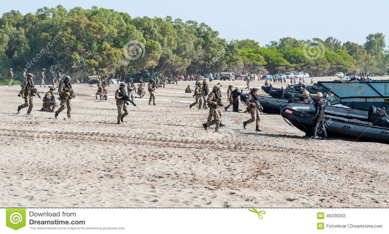 Infantes de marina españoles que vuelven a su lancha de desembarque