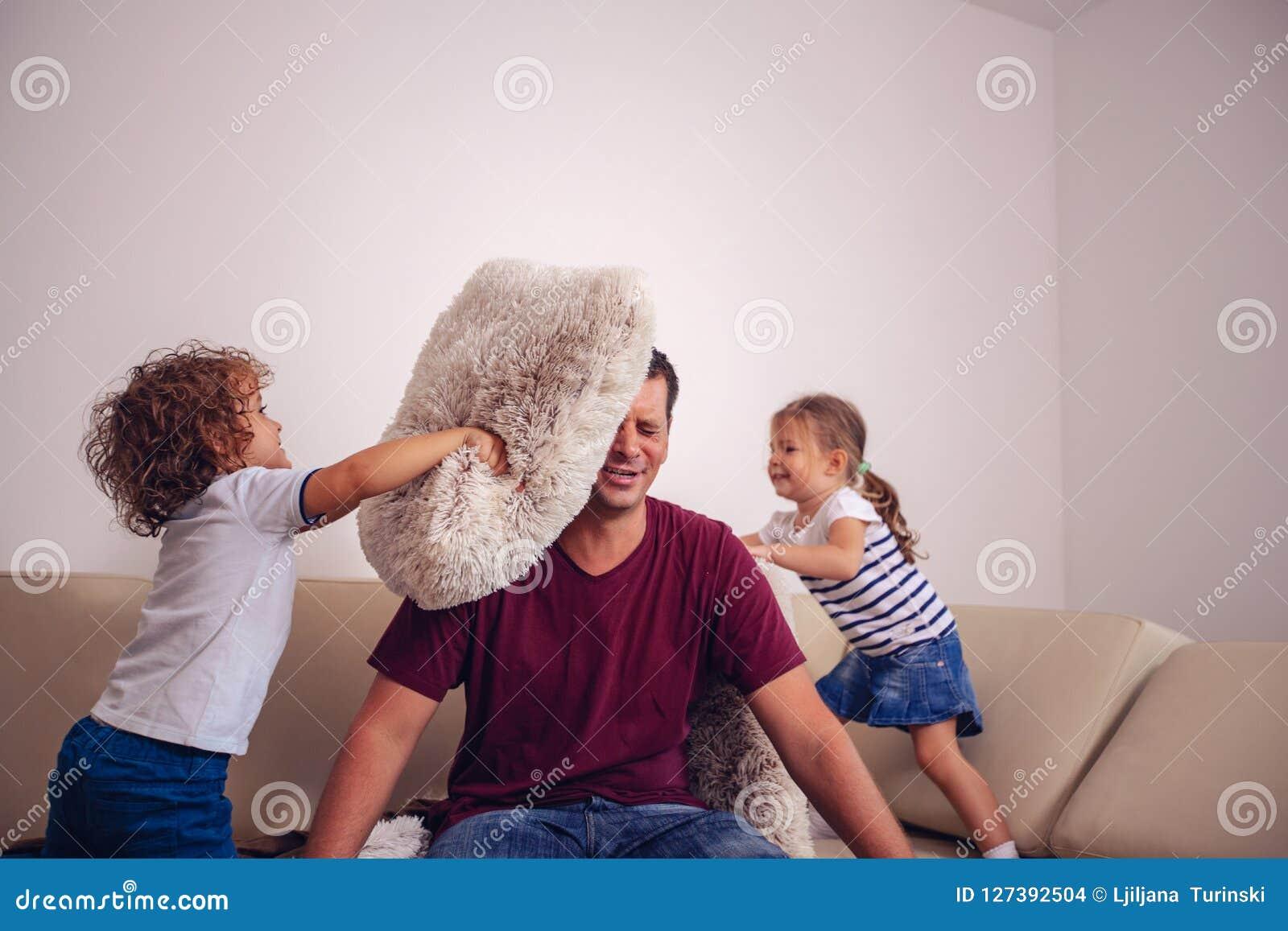 Infanzia felice - bambini ragazzo e ragazza che giocano con il toge del padre